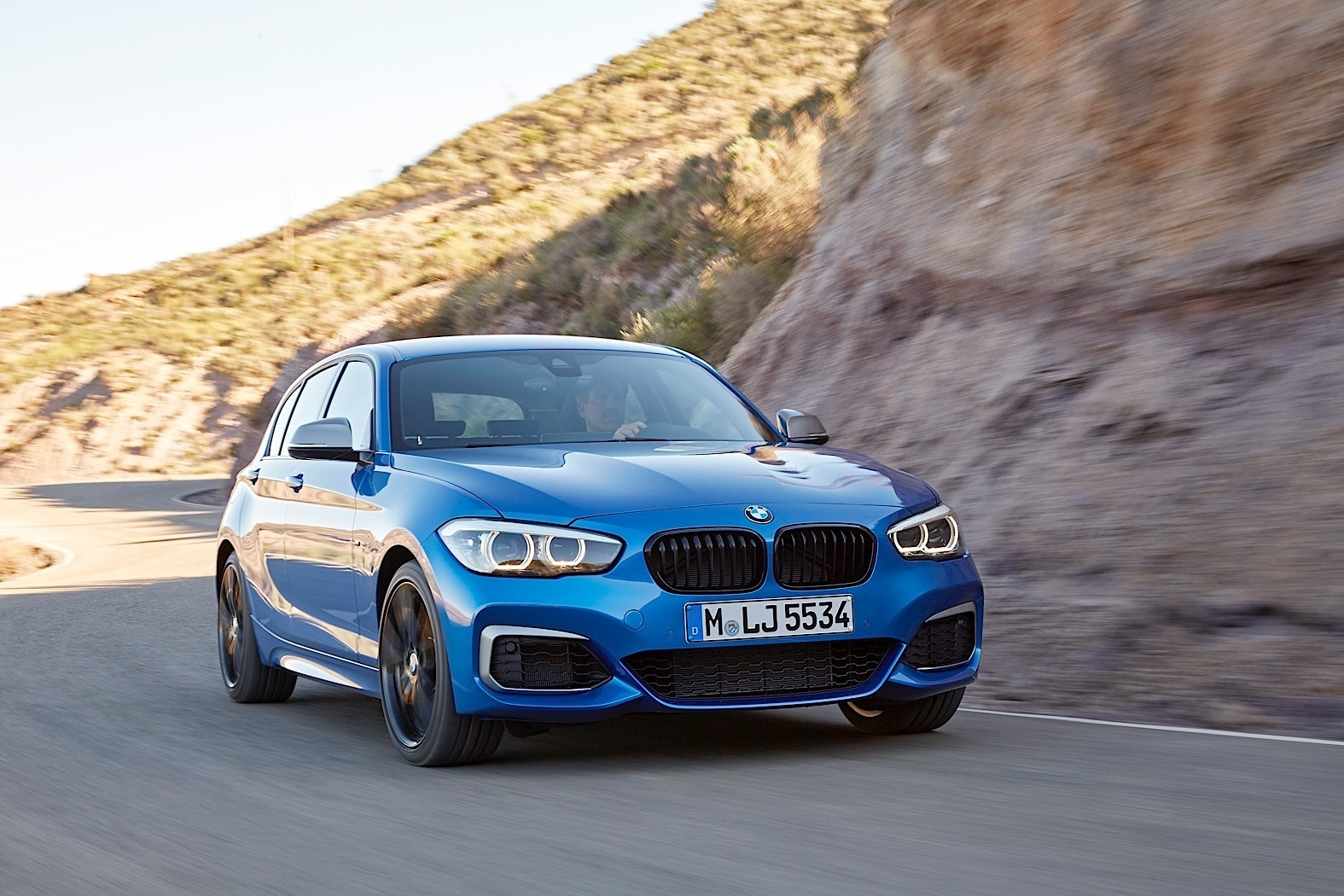 2017 bmw 1 series facelift races a drone in launch film autoevolution. Black Bedroom Furniture Sets. Home Design Ideas