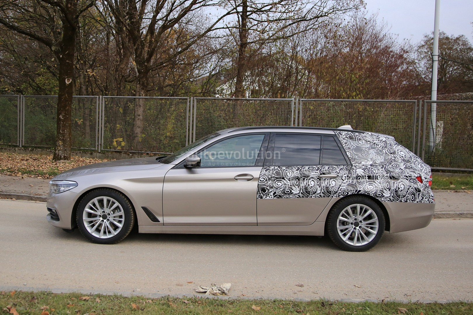 2016 - [BMW] Série 5 Berline & Touring [G30/G31] - Page 26 2017-bmw-5-series-touring-sheds-camo-likely-to-debut-in-geneva_4