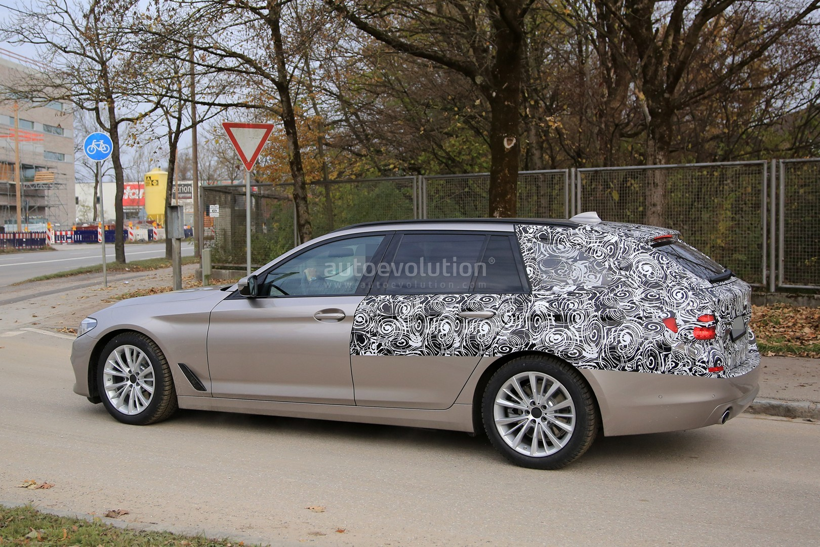 2016 - [BMW] Série 5 Berline & Touring [G30/G31] - Page 26 2017-bmw-5-series-touring-sheds-camo-likely-to-debut-in-geneva_5