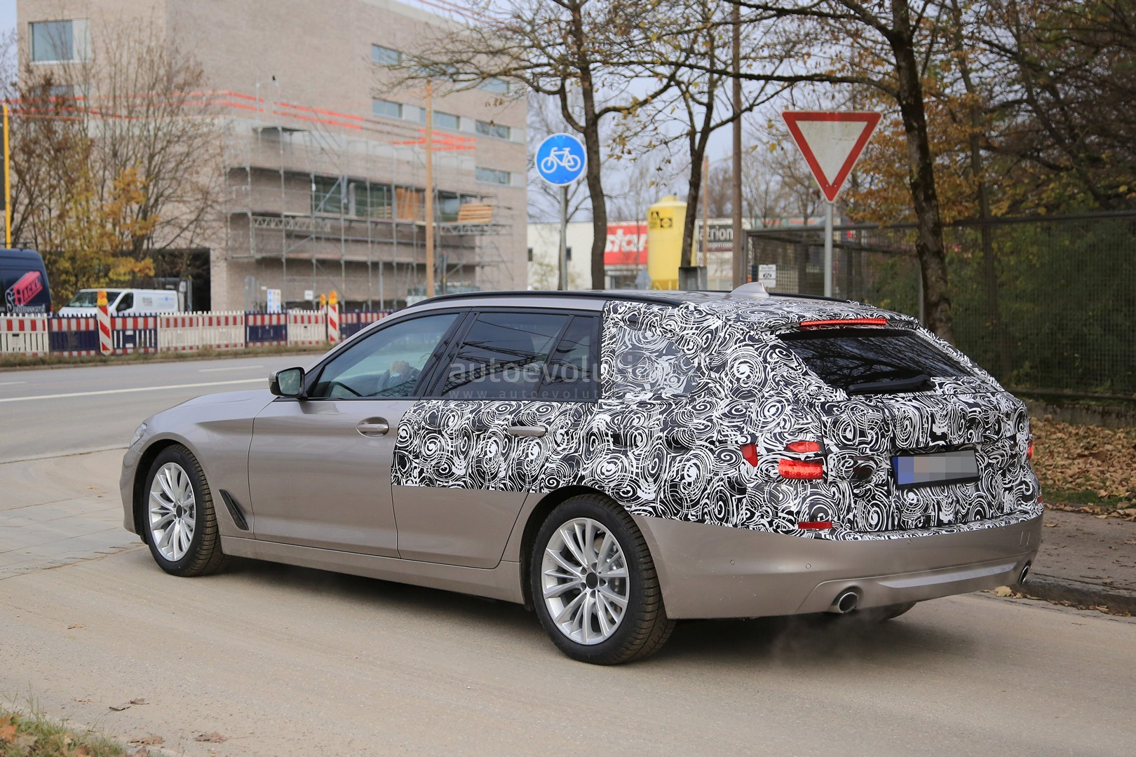 2016 - [BMW] Série 5 Berline & Touring [G30/G31] - Page 26 2017-bmw-5-series-touring-sheds-camo-likely-to-debut-in-geneva_6
