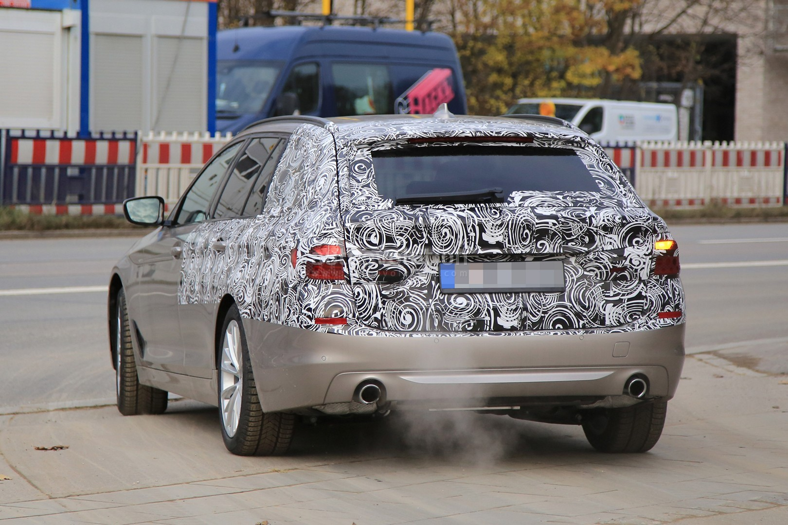 2016 - [BMW] Série 5 Berline & Touring [G30/G31] - Page 26 2017-bmw-5-series-touring-sheds-camo-likely-to-debut-in-geneva_8