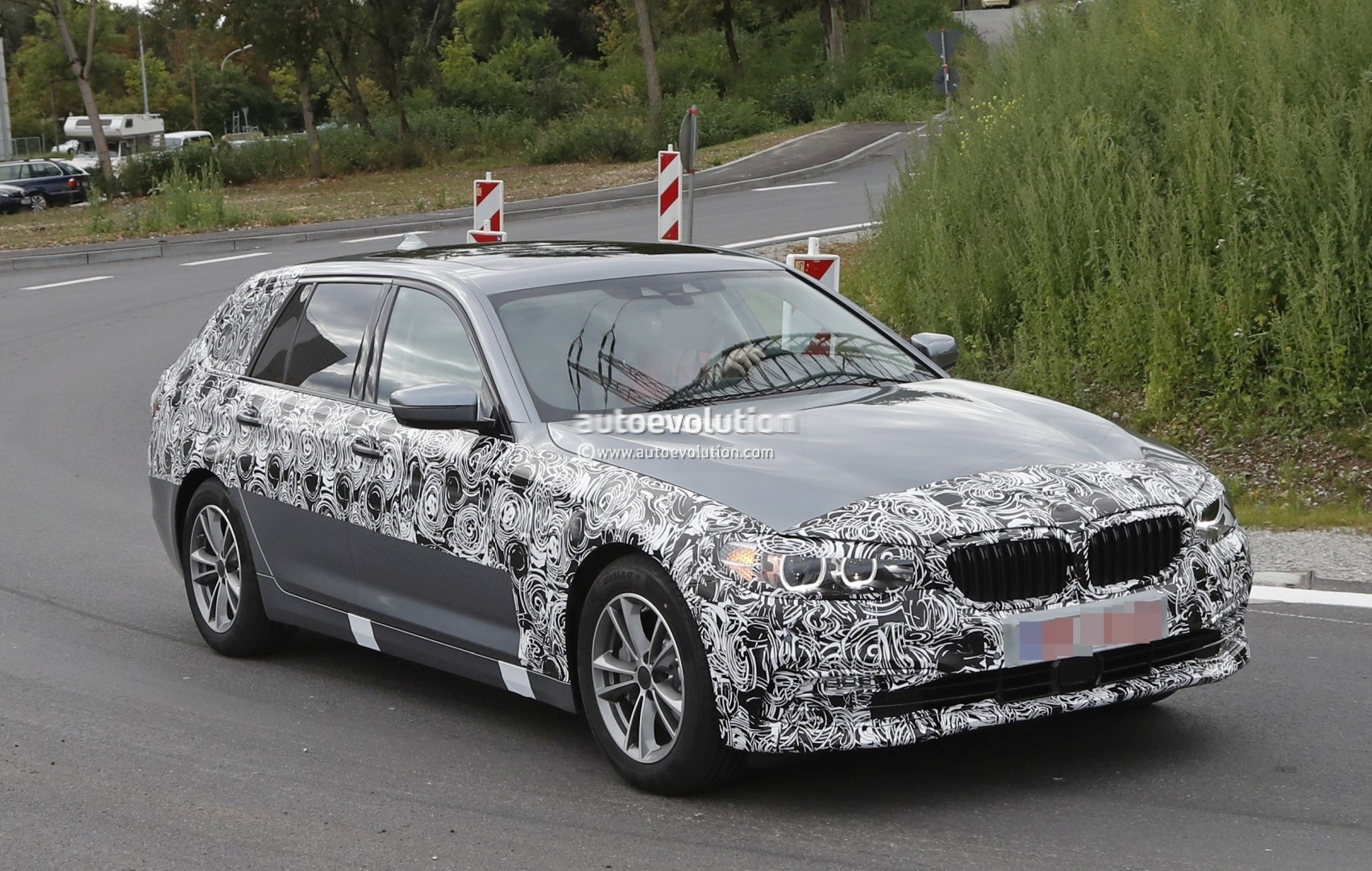 2017 bmw 5 series touring pre production car loses some camo reveals design autoevolution. Black Bedroom Furniture Sets. Home Design Ideas