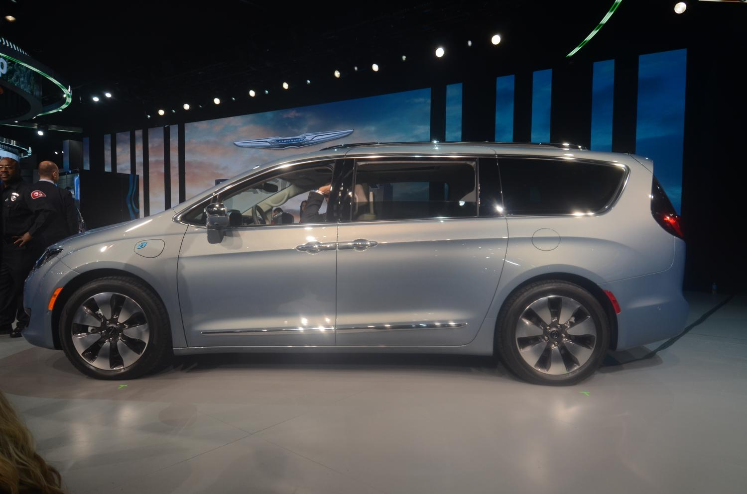 2017 Chrysler Pacifica Hybrid Hits 75 Mph In Ev Mode Has
