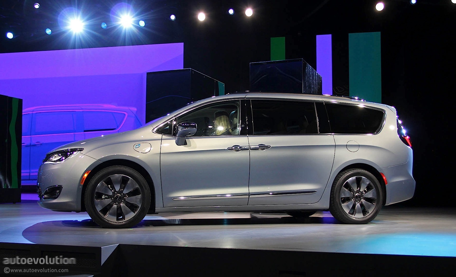 2017 chrysler pacifica scores impressive 28 mpg highway. Black Bedroom Furniture Sets. Home Design Ideas