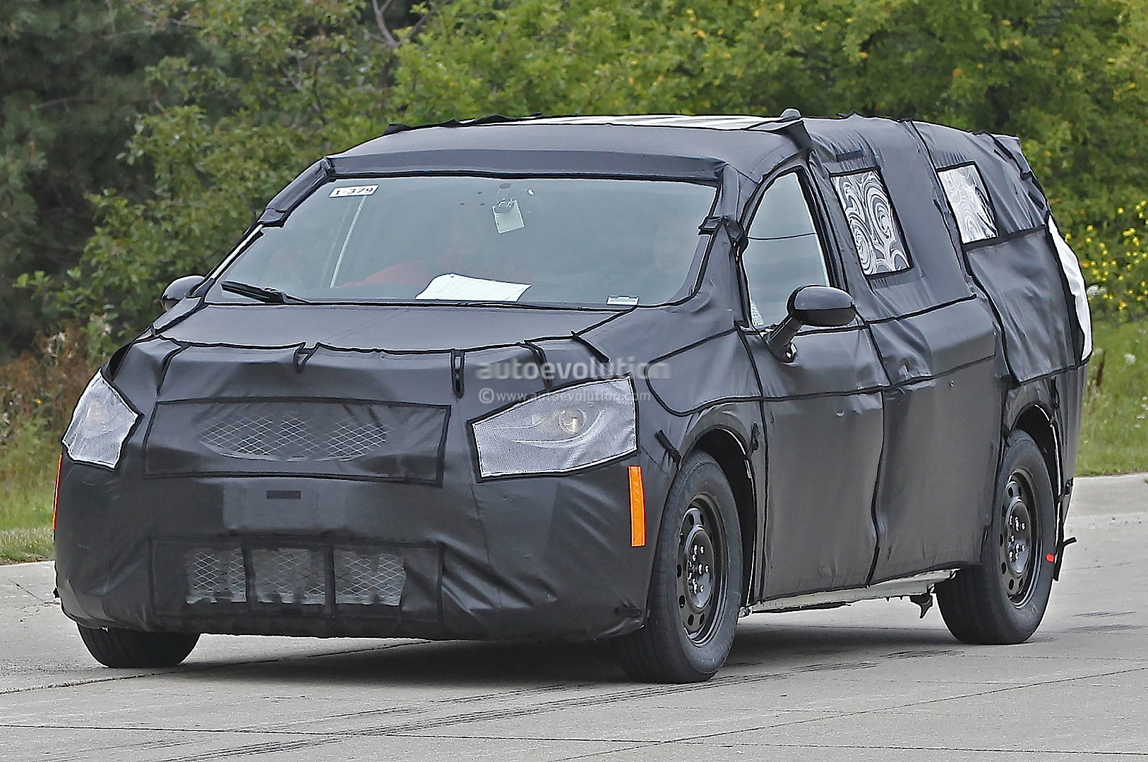 2017 chrysler town country spied up close and personal autoevolution. Black Bedroom Furniture Sets. Home Design Ideas
