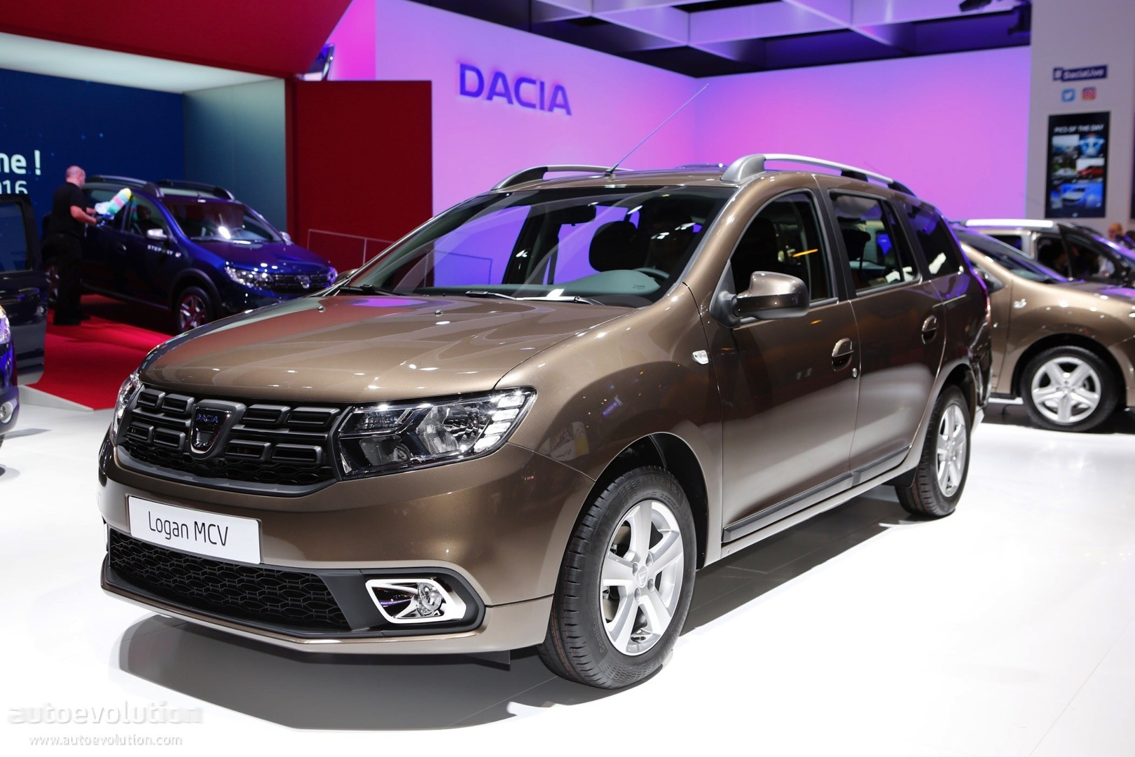 dacia sandero stepway 15 200 km in world record time autoevolution. Black Bedroom Furniture Sets. Home Design Ideas