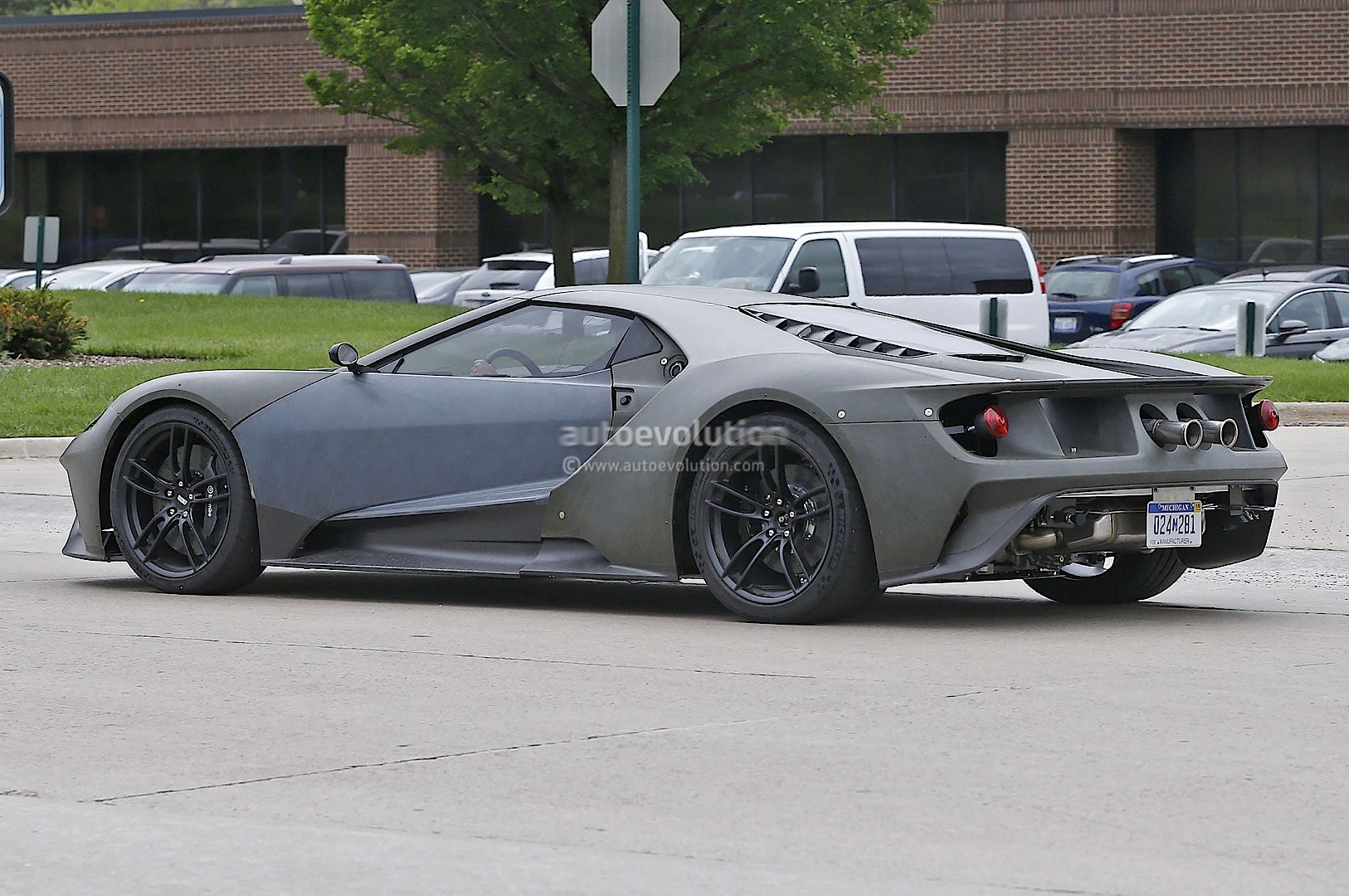 2017-ford-gt-test-mule-spied-looks-apocalyptic-sans-paint-photo-gallery_8.jpg