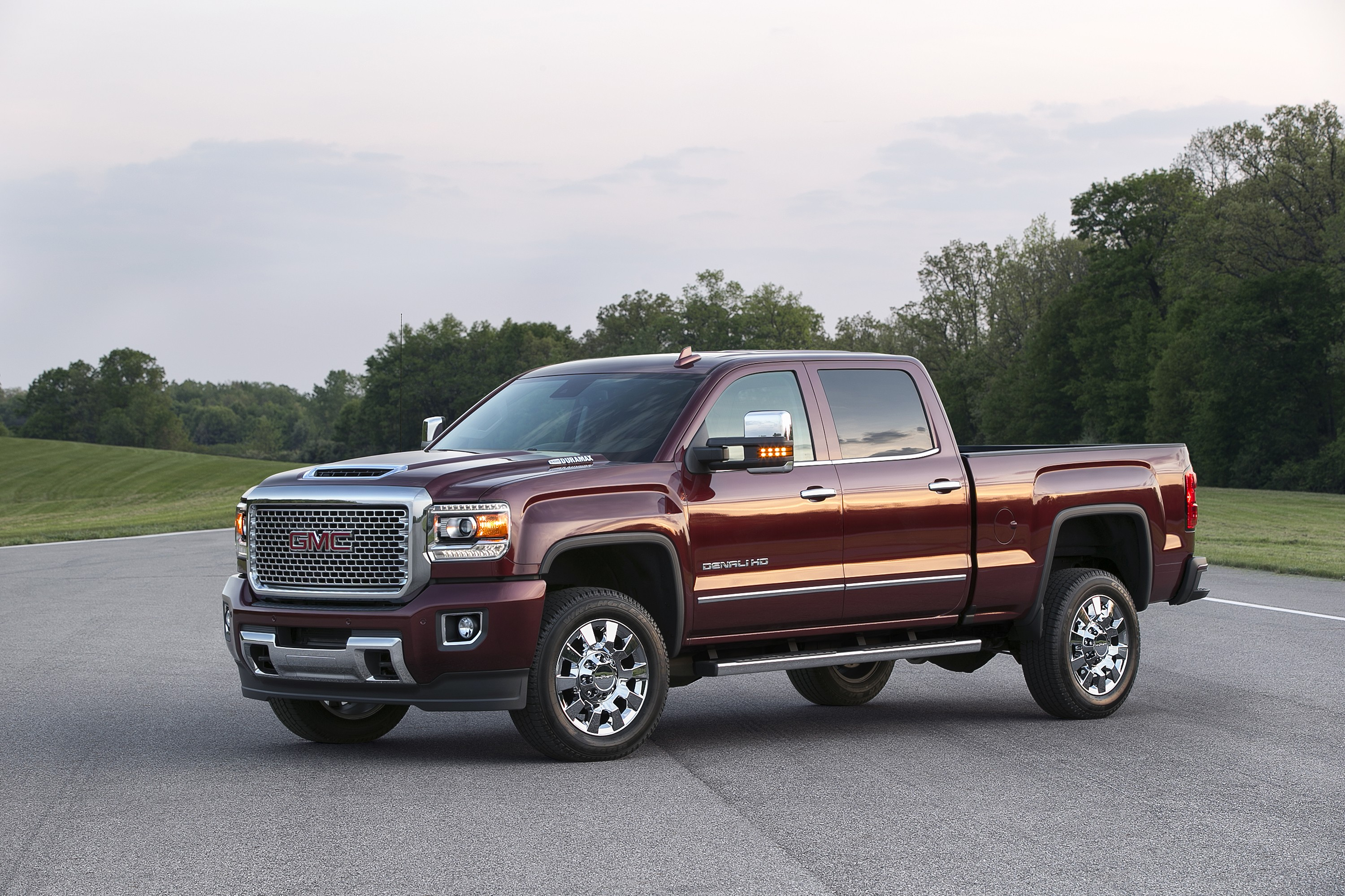 2017 gmc sierra denali 2500 heavy duty hides something under its hood scoop autoevolution. Black Bedroom Furniture Sets. Home Design Ideas