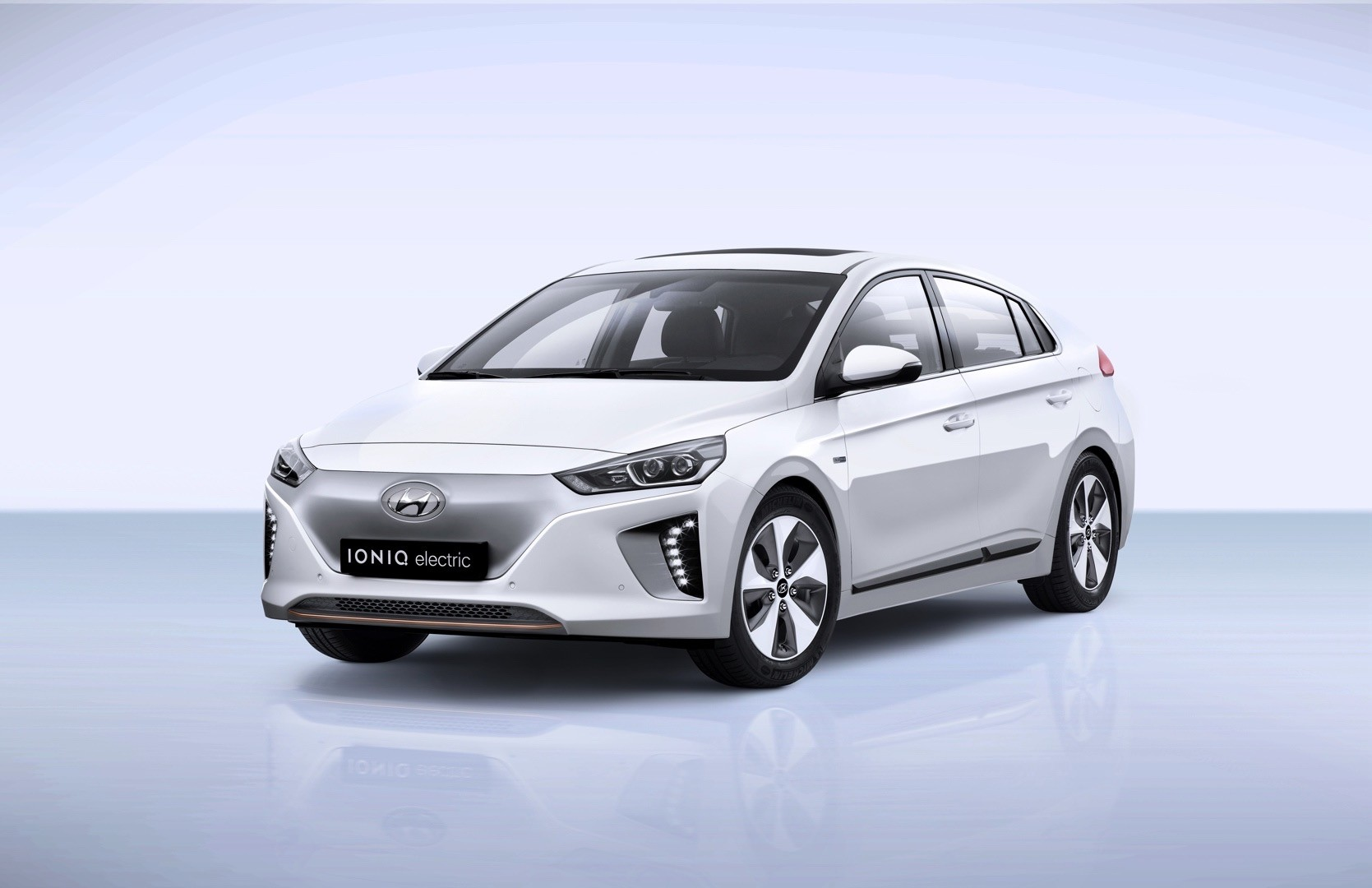 2017 hyundai ioniq electric priced in the uk from 24 495. Black Bedroom Furniture Sets. Home Design Ideas