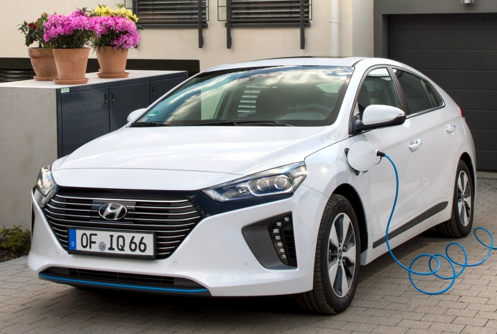 2017 hyundai ioniq plug in hybrid priced lower than toyota. Black Bedroom Furniture Sets. Home Design Ideas