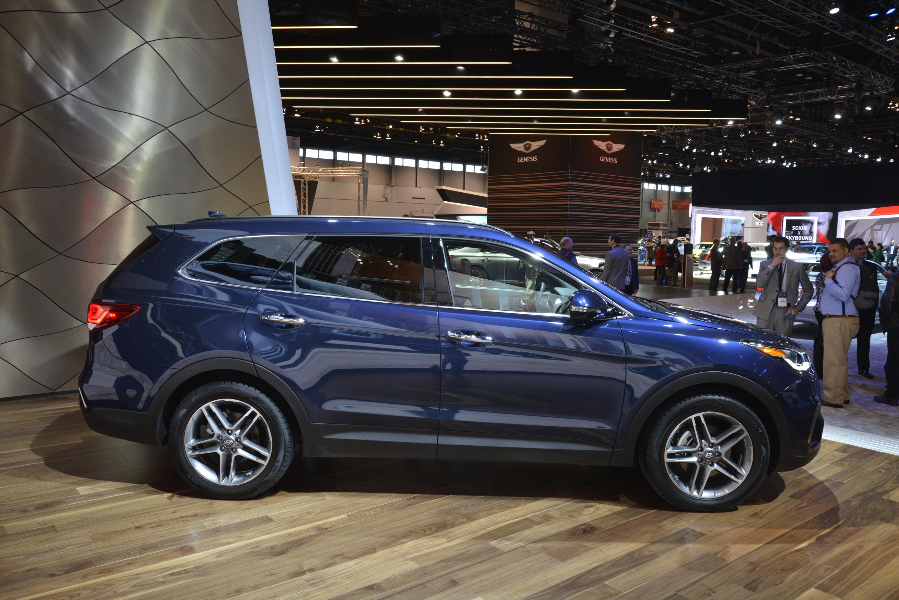 2017 Hyundai Santa Fe Thinks It S Got A Sexy Facelift In