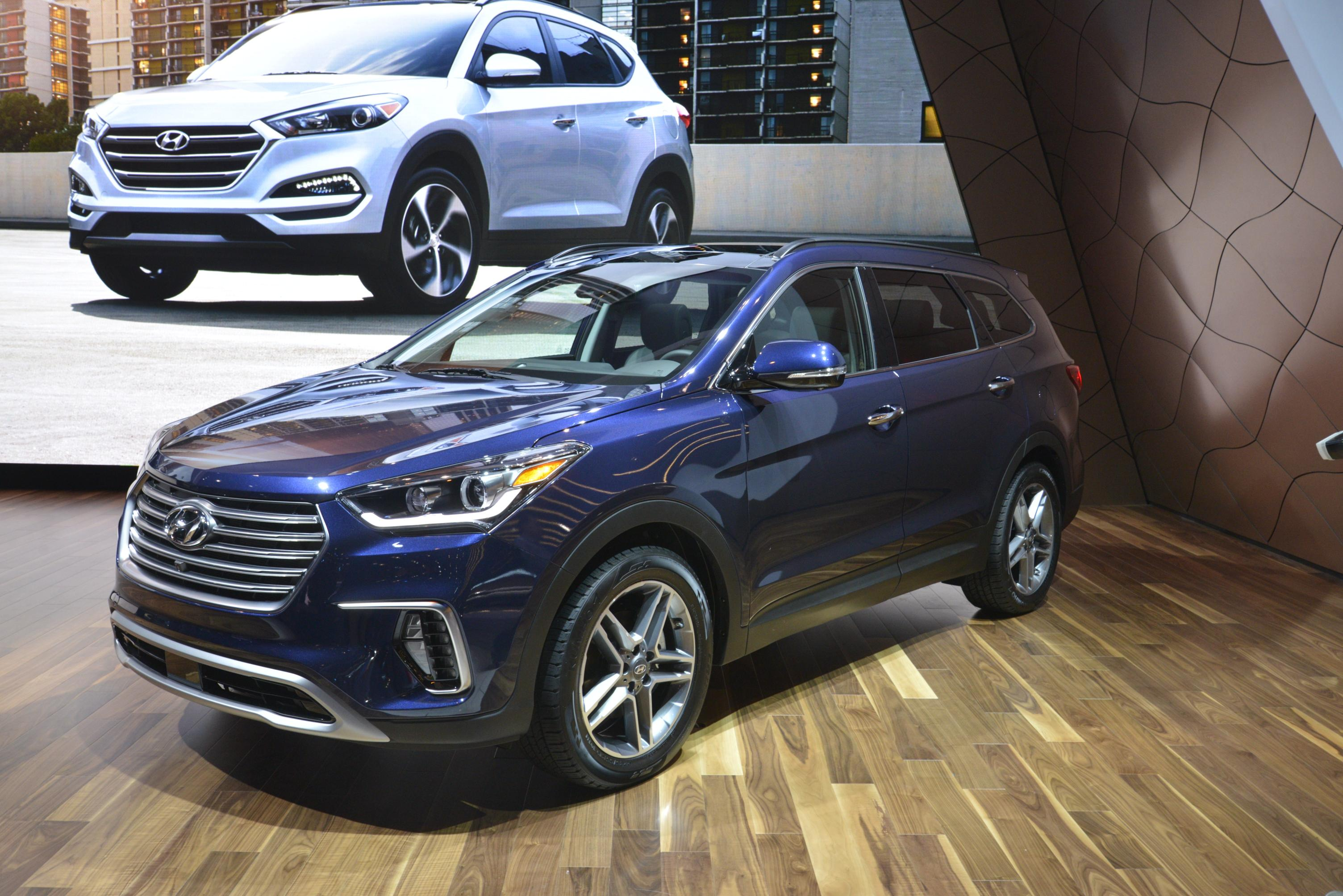 Santa Fe Bmw >> 2017 Hyundai Santa Fe Thinks It's Got a Sexy Facelift in Chicago - autoevolution