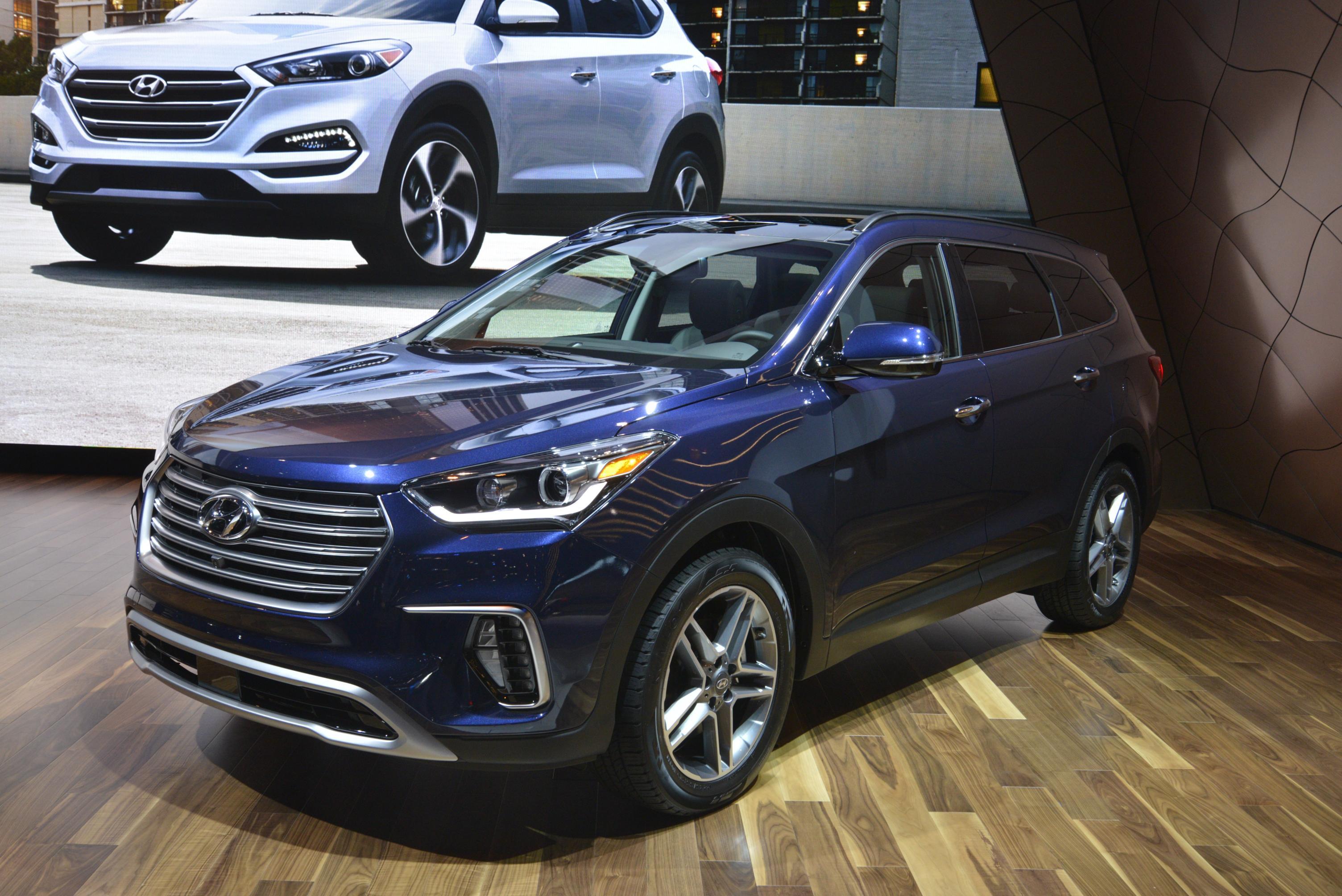 2017 Hyundai Santa Fe Thinks It's Got a Sexy Facelift in ...