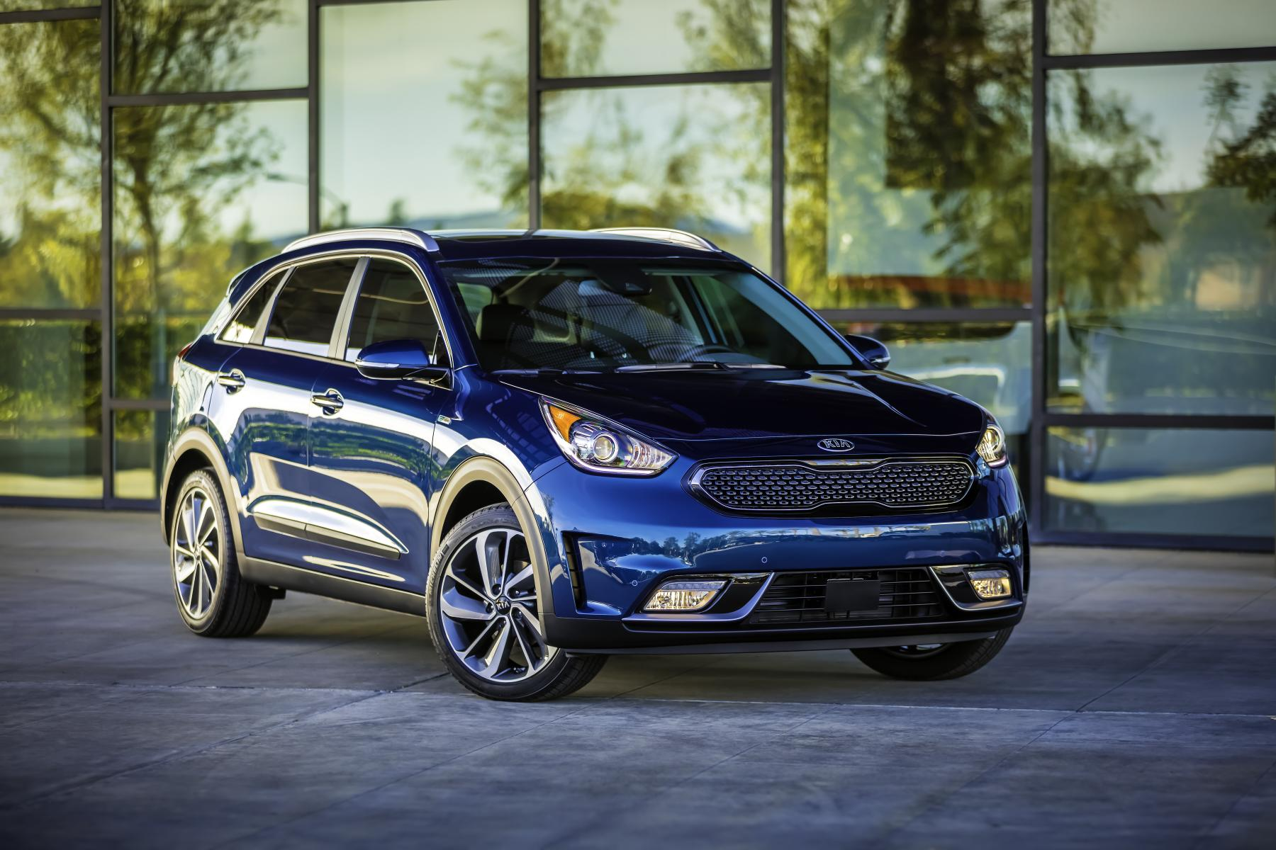 2017 kia niro priced from 22 890 super bowl ad teased. Black Bedroom Furniture Sets. Home Design Ideas