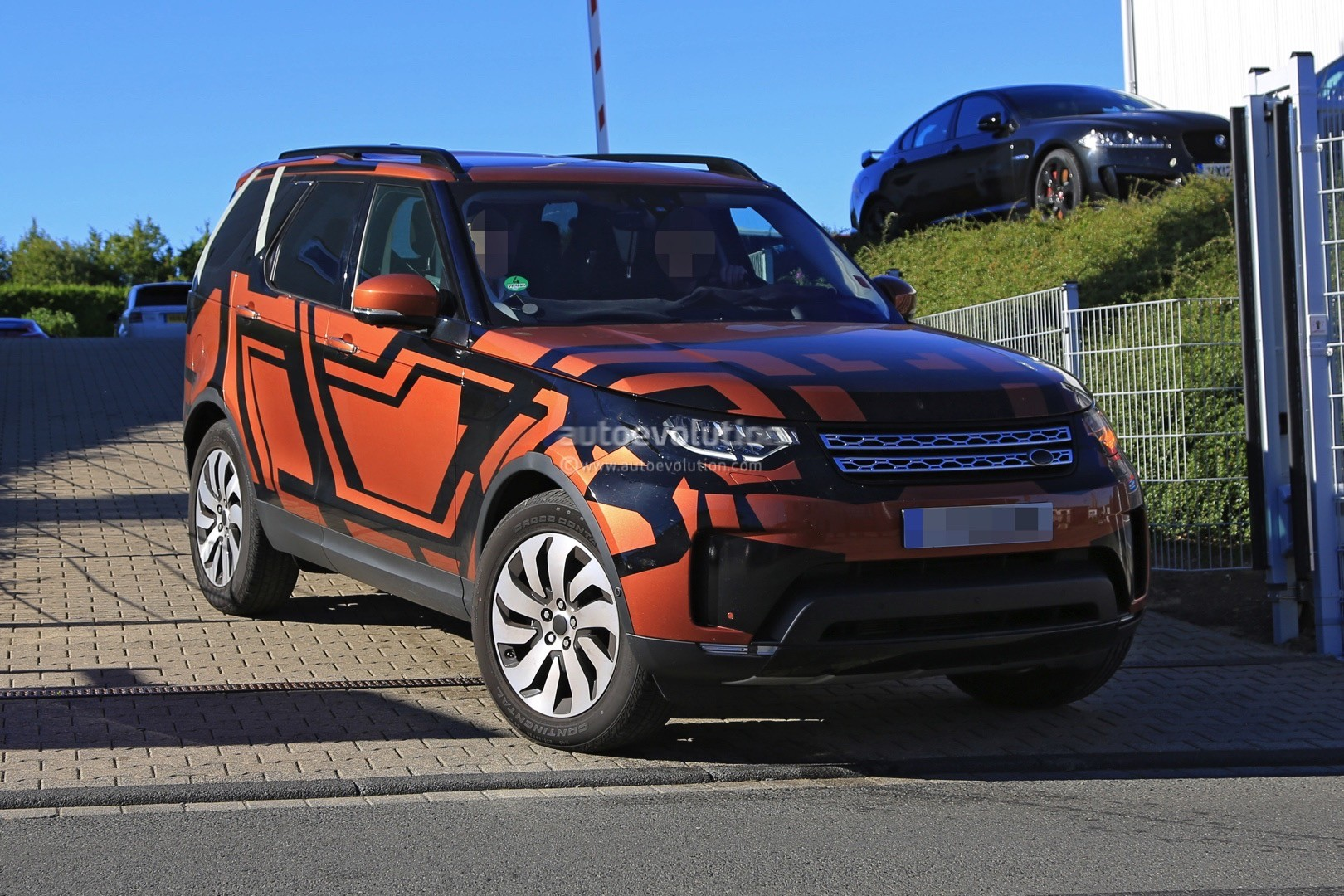 2017 land rover discovery 5 2018 land rover lr5 spied reveals more skin autoevolution. Black Bedroom Furniture Sets. Home Design Ideas