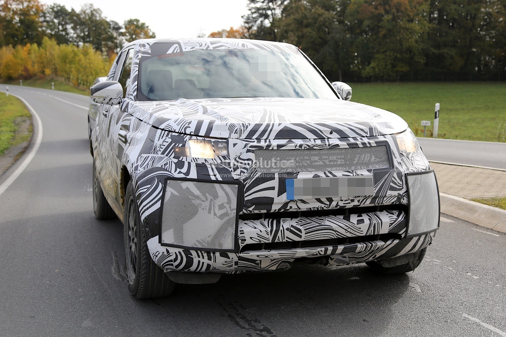2017 land rover discovery 5 shows up for its first spy shots ever autoevolution. Black Bedroom Furniture Sets. Home Design Ideas