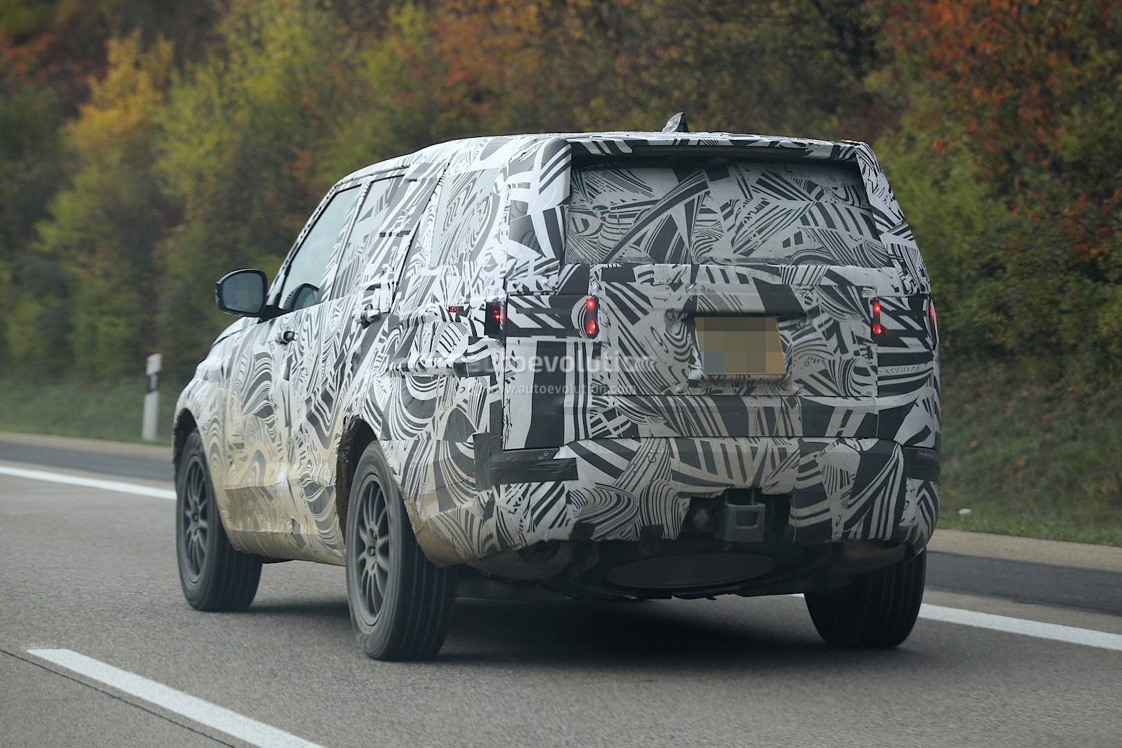 2017 Land Rover Discovery 5 Shows Up for Its First Spy ...