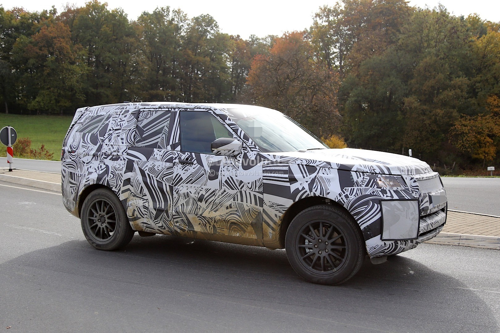2017 Land Rover Discovery 5 Shows Up for Its First Spy Shots Ever ...
