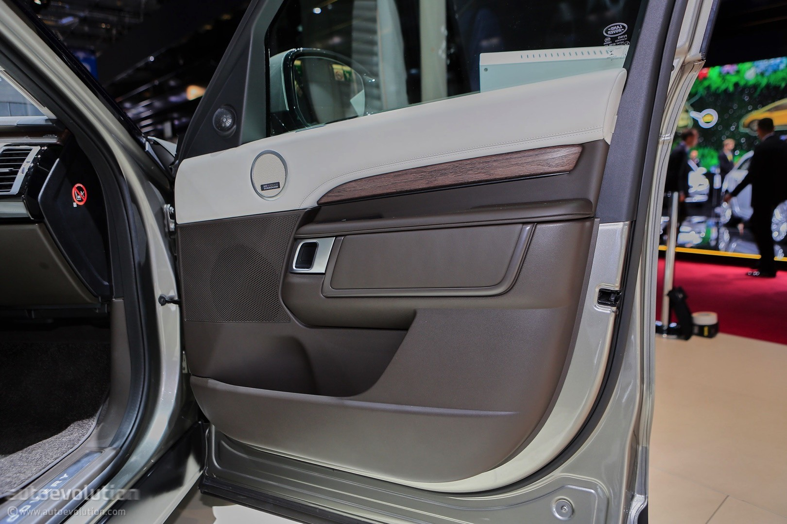 2017 Land Rover Discovery Interior Spy Attempt Offers Limited Results Autoevolution