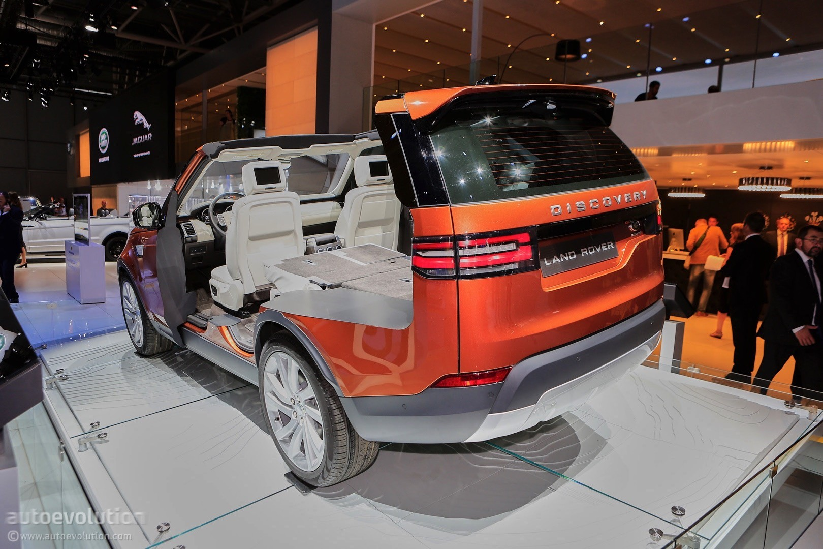 2017 land rover discovery 5 live at 2016 paris motor show