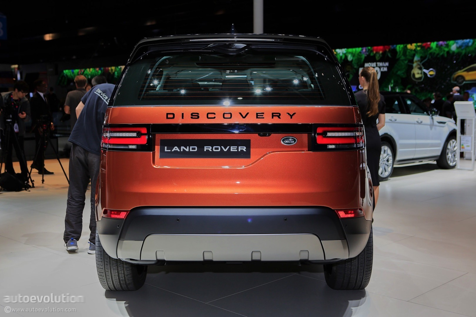 2017 land rover discovery presented in paris as the brand s most versatile suv autoevolution. Black Bedroom Furniture Sets. Home Design Ideas