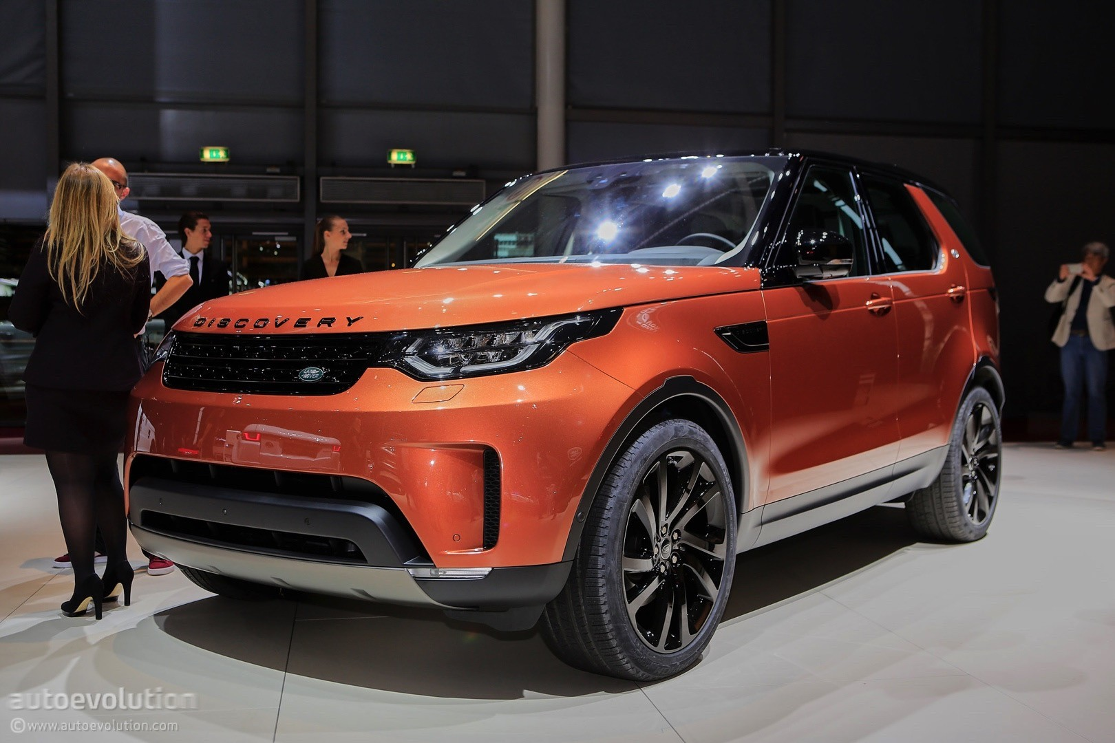 2017 Land Rover Discovery Presented In Paris As the Brand ...