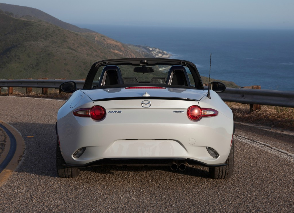 2017 mazda mx 5 miata starts rolling into dealer lots priced from 24 915 autoevolution. Black Bedroom Furniture Sets. Home Design Ideas