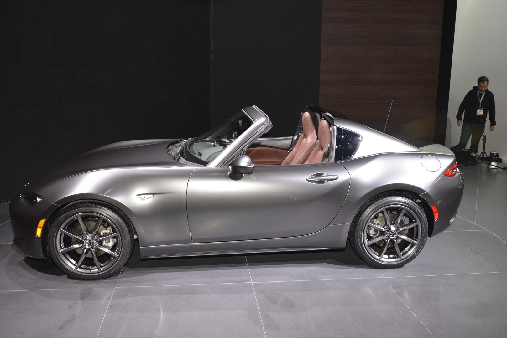 2017 mazda mx 5 rf features fake quarter glass and redish brown leather autoevolution. Black Bedroom Furniture Sets. Home Design Ideas