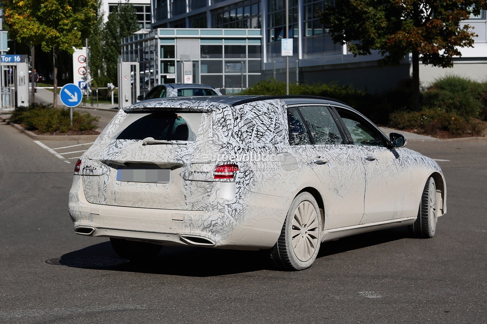 2017 mercedes benz e class t modell spied in production for Mercedes benz m class 2017