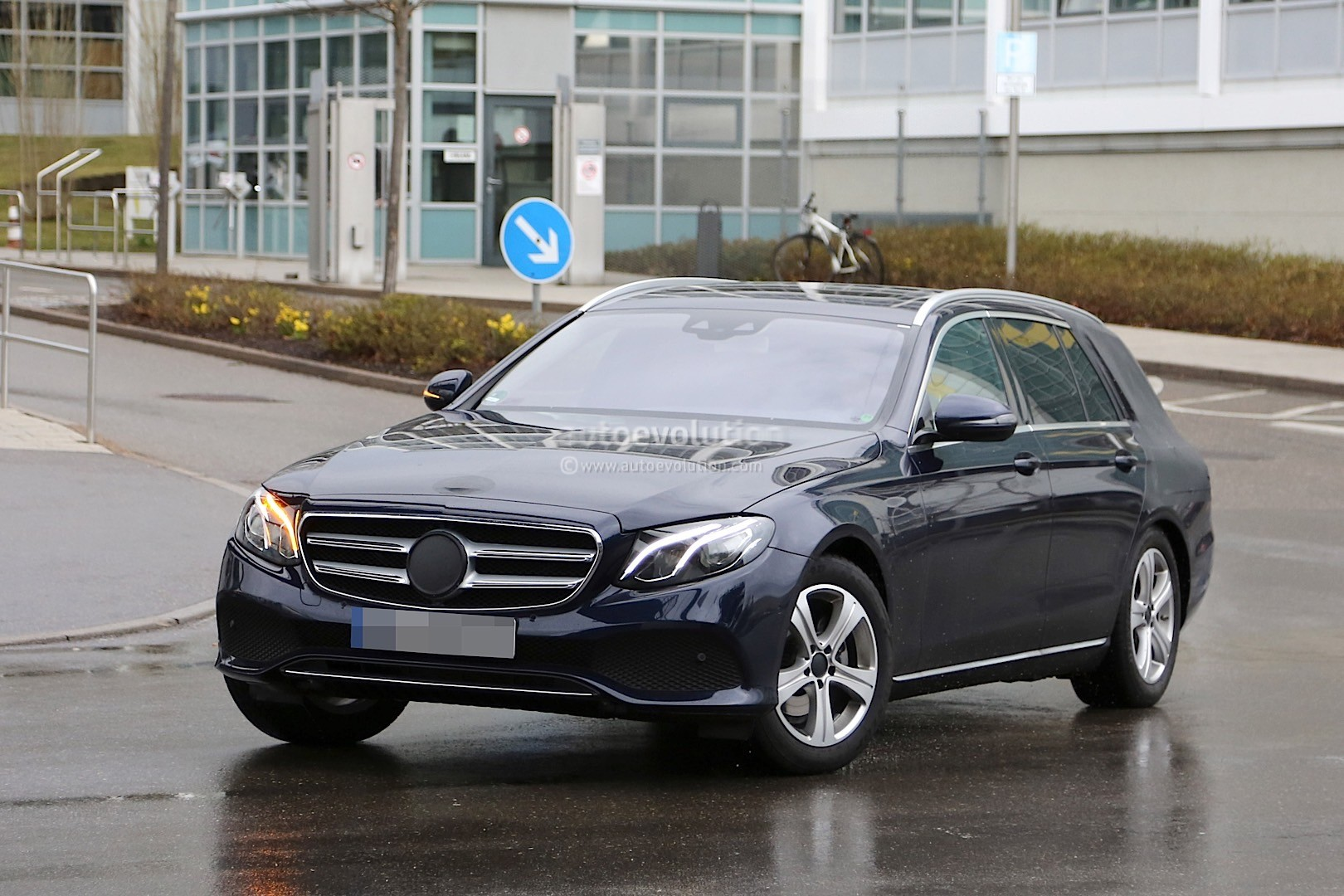2017 mercedes benz e class t modell proves elegance and practicality mix autoevolution. Black Bedroom Furniture Sets. Home Design Ideas