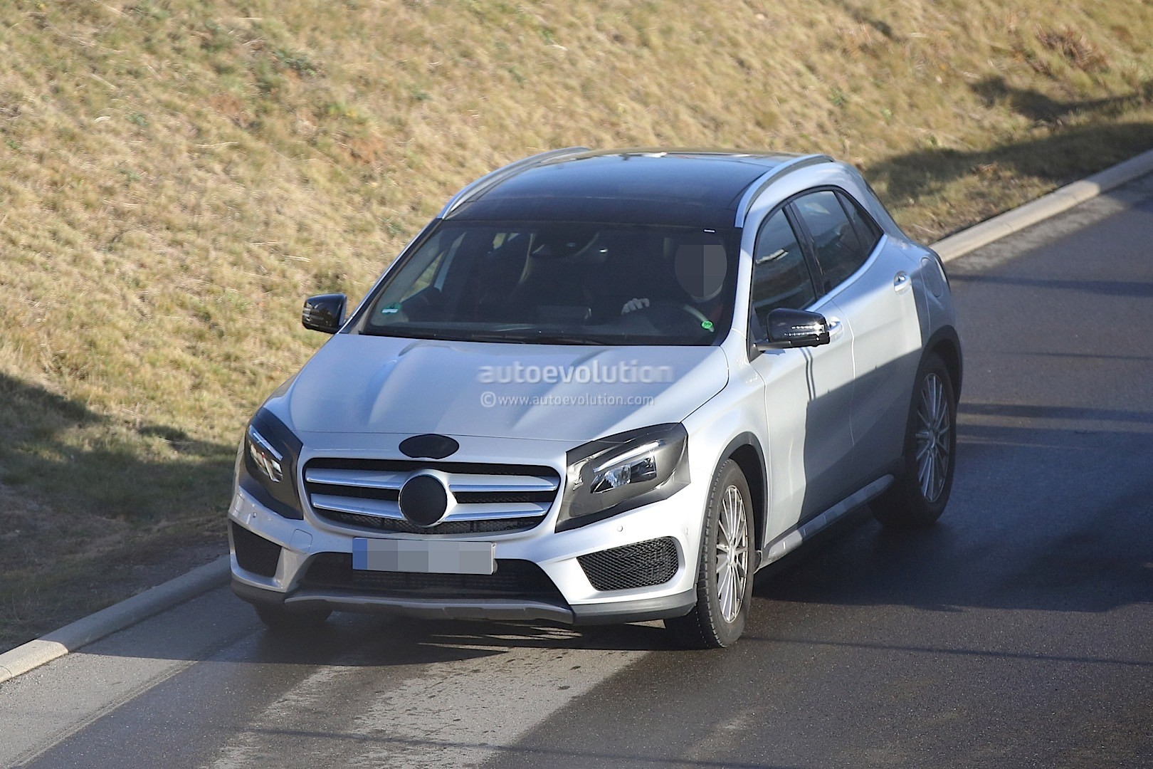 2017 mercedes benz gla facelift spied with minimum camo. Black Bedroom Furniture Sets. Home Design Ideas