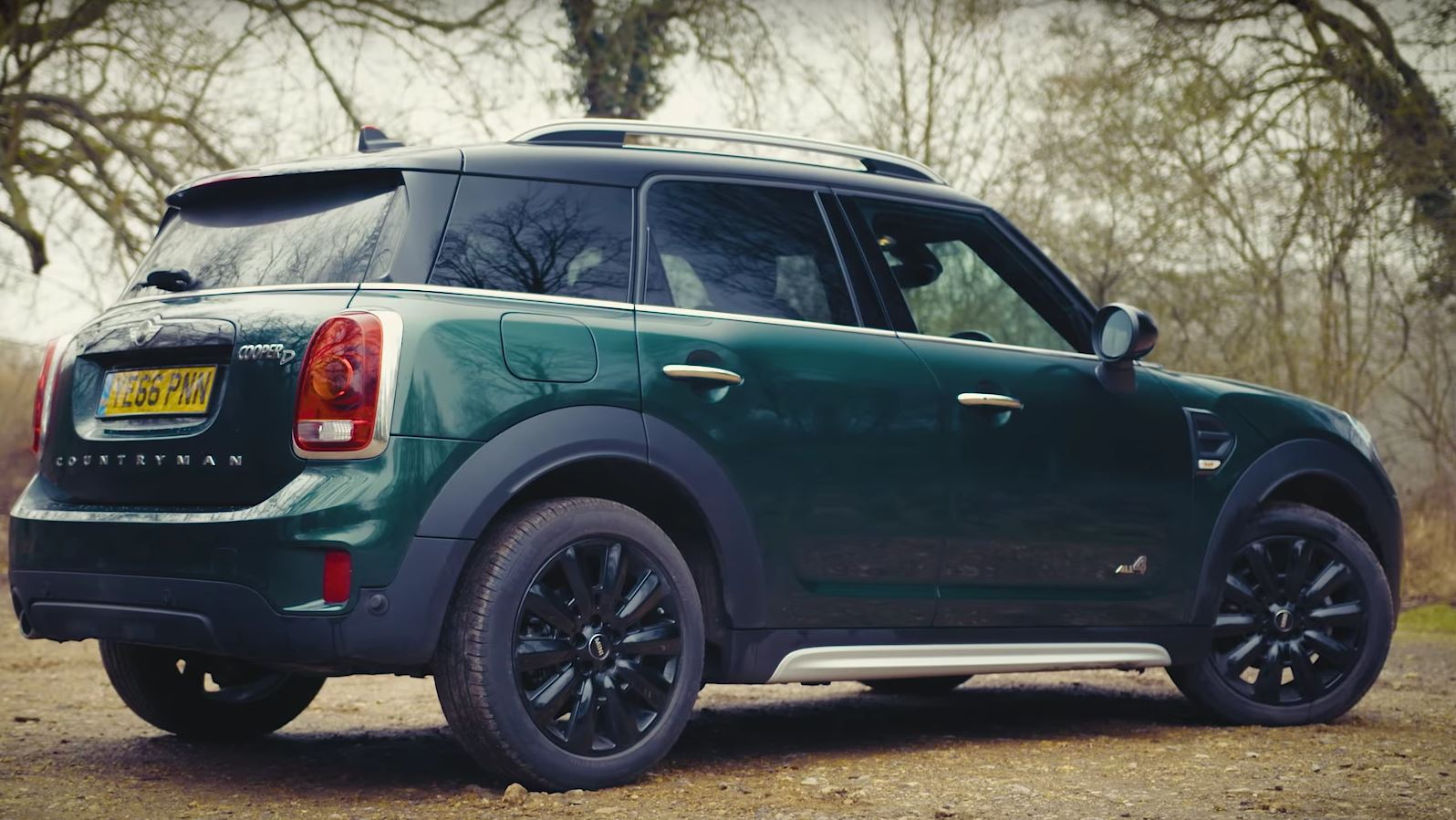 2017 mini countryman finally gets uk review from carbuyer autoevolution. Black Bedroom Furniture Sets. Home Design Ideas