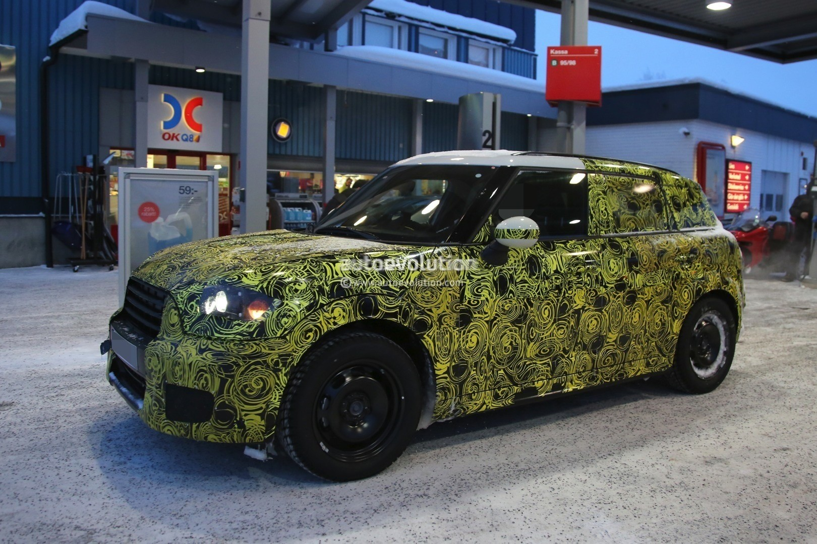 2017 mini countryman prototype spied playing in the snow autoevolution. Black Bedroom Furniture Sets. Home Design Ideas