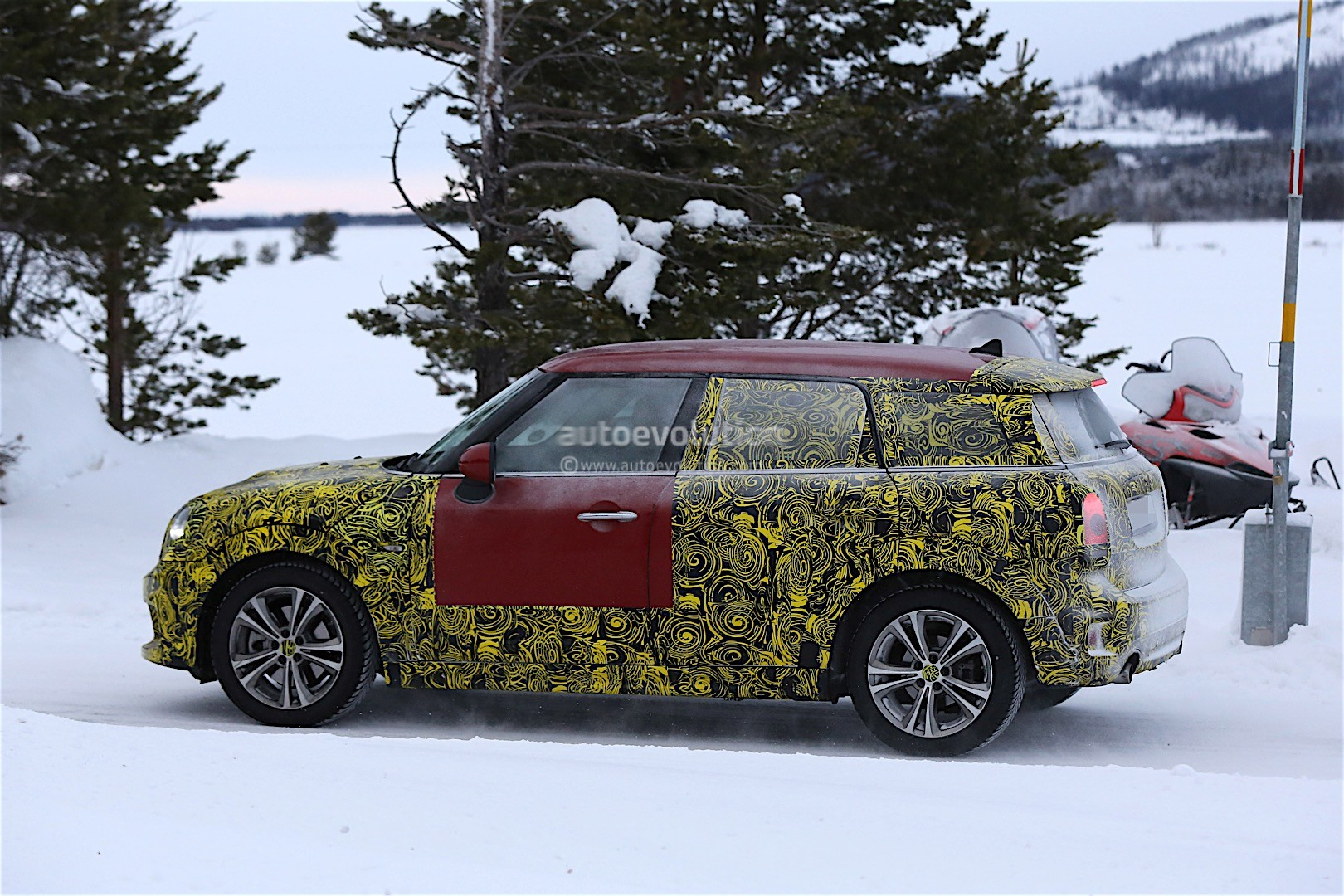 2017 mini countryman spied with less disguise autoevolution. Black Bedroom Furniture Sets. Home Design Ideas