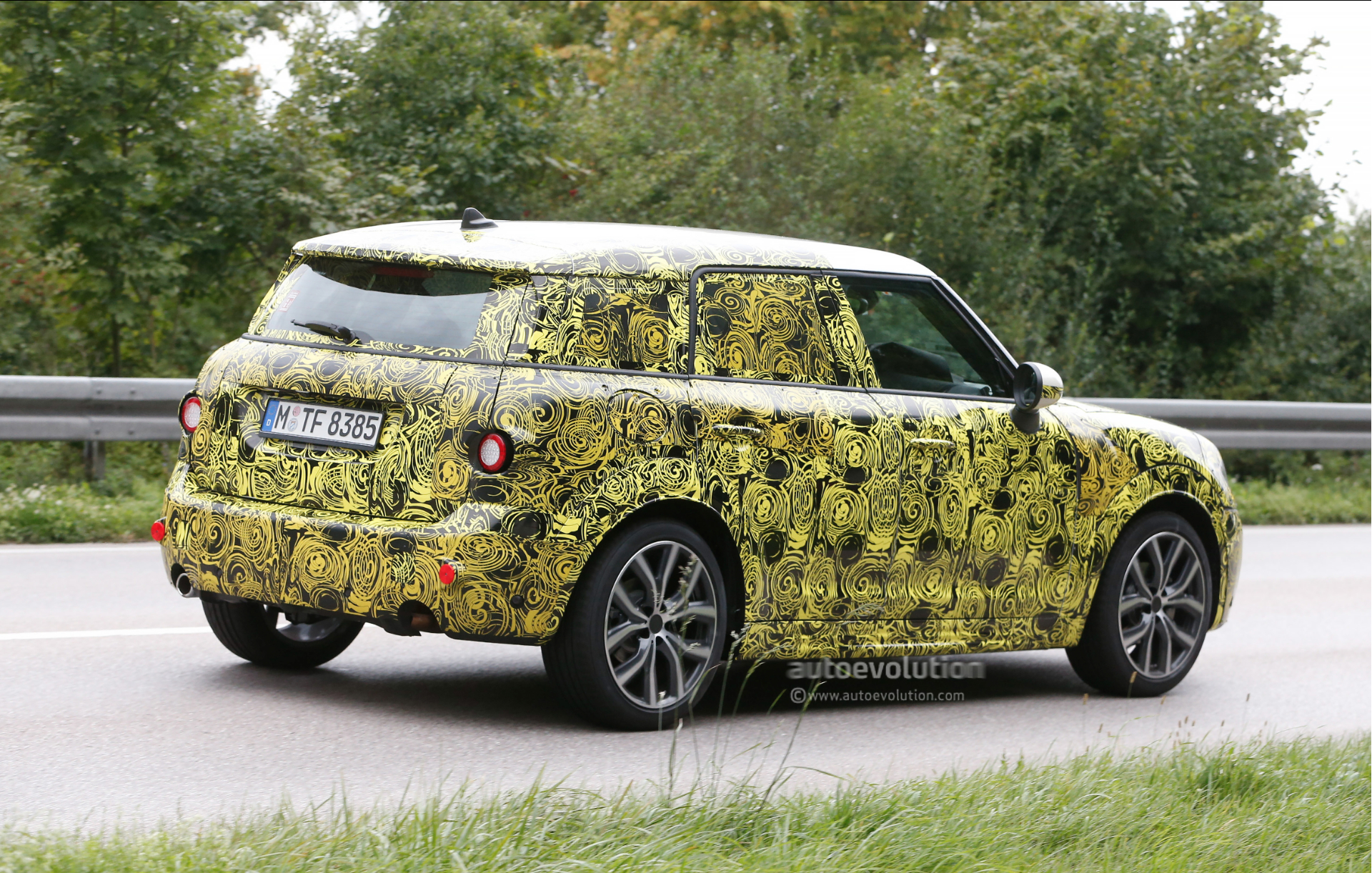 2017 mini countryman spied for the first time autoevolution. Black Bedroom Furniture Sets. Home Design Ideas