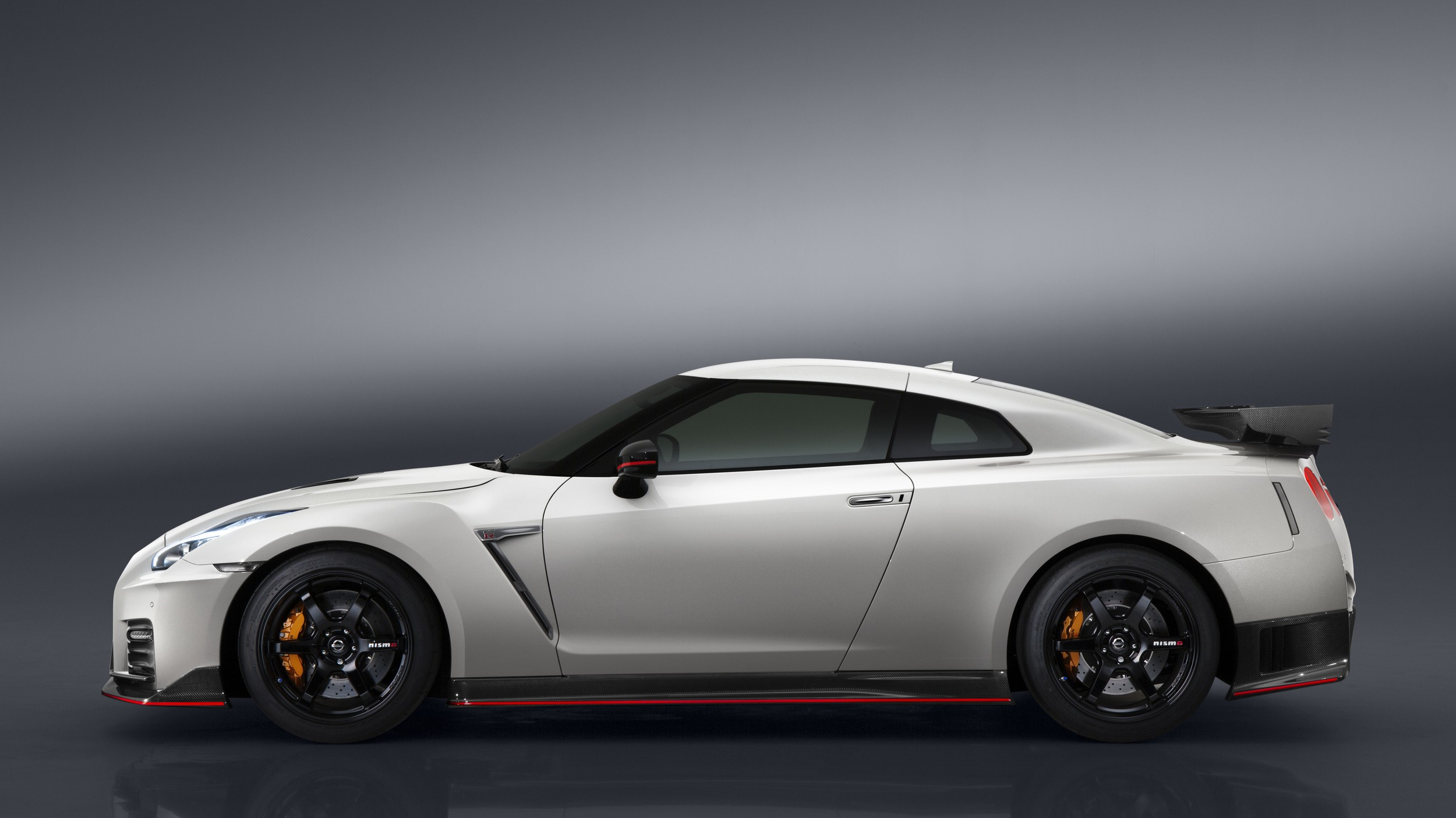 2017 nissan gt r nismo costs 176 585 over 100 000 more than original r35 gt r autoevolution. Black Bedroom Furniture Sets. Home Design Ideas