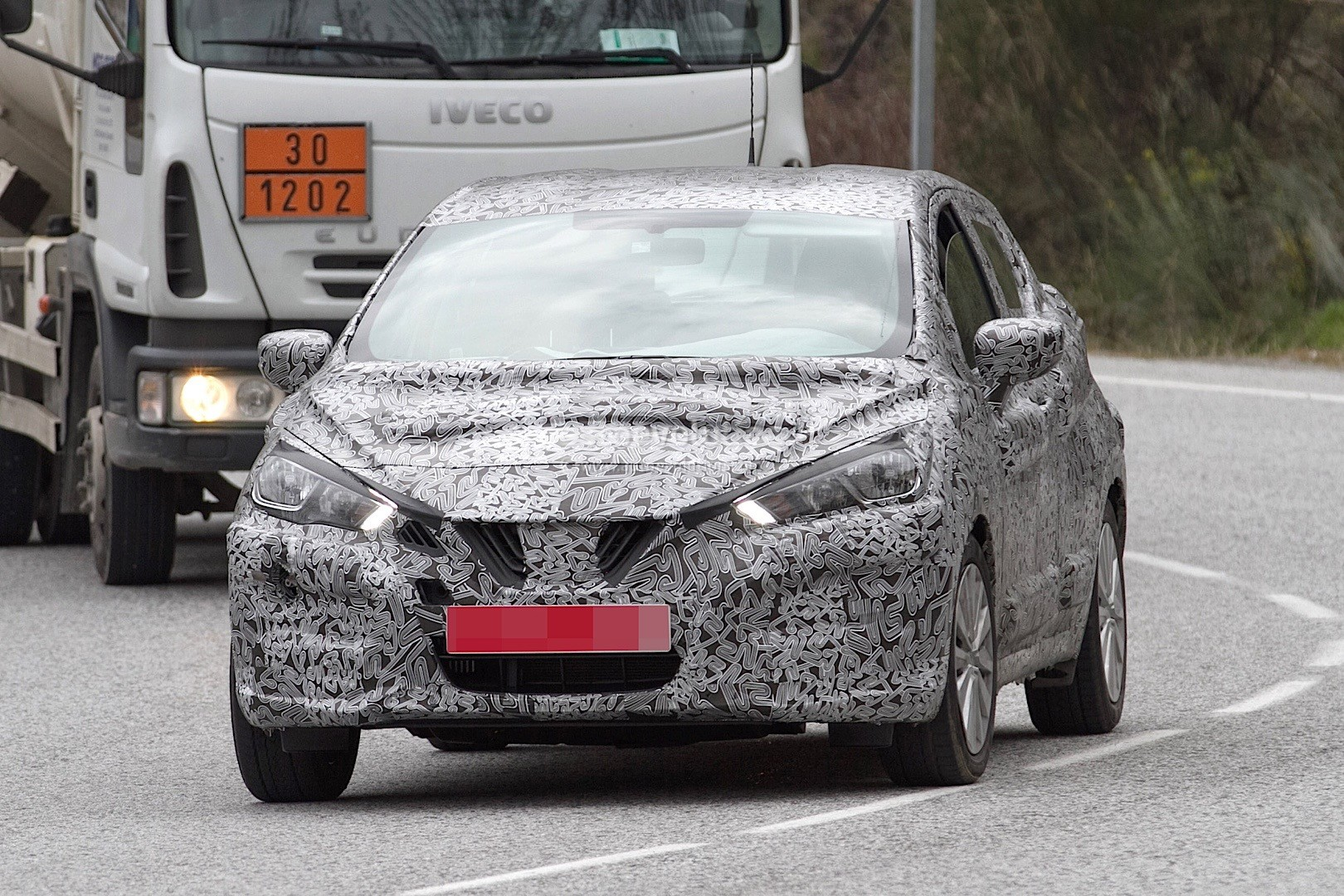 2017-nissan-micra-spied-in-spain_16