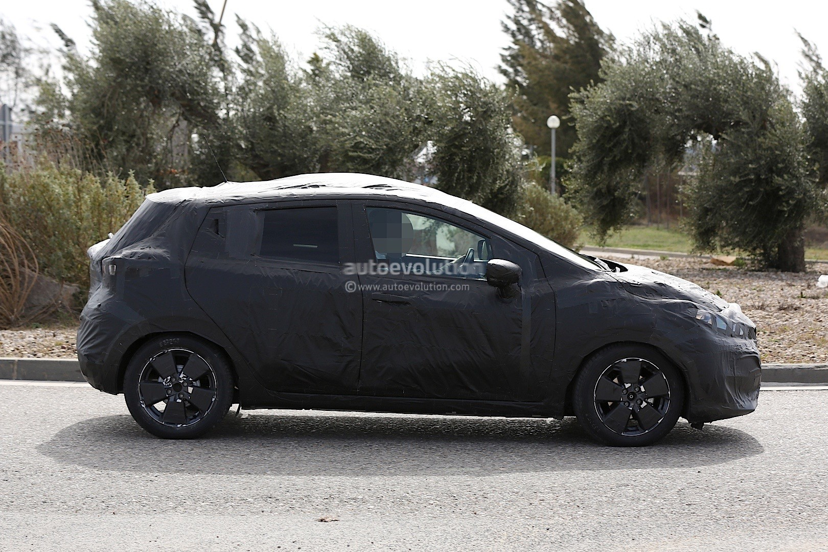 2016 - [Nissan] Micra - Page 4 2017-nissan-micra-successor-spied-has-sway-concept-styling-cues_13