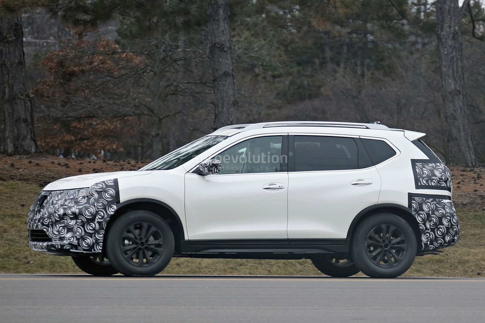 2017 Nissan Rogue Spied With Cosmetic Updates Autoevolution