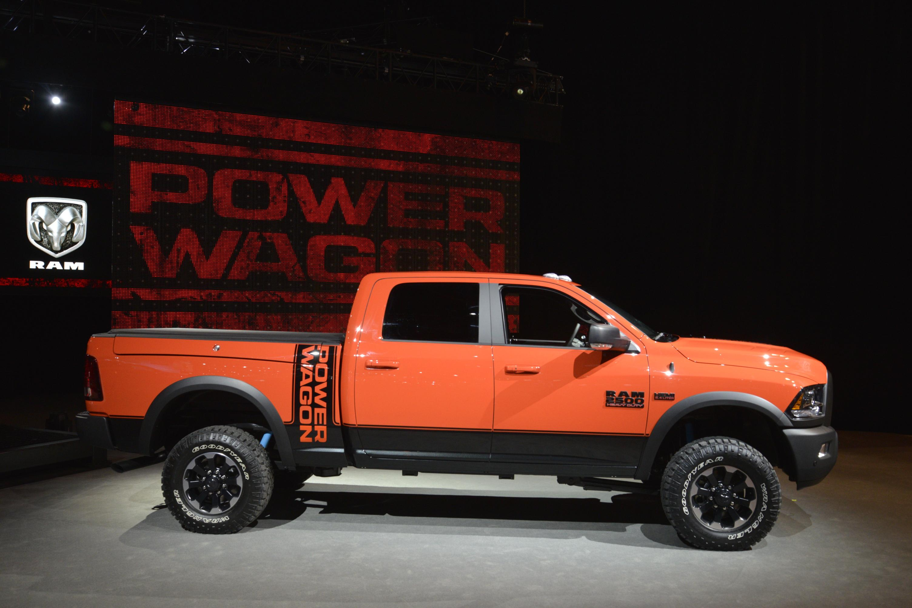 2017 ram 2500 power wagon demos its macho suspension articulation in chicago autoevolution. Black Bedroom Furniture Sets. Home Design Ideas
