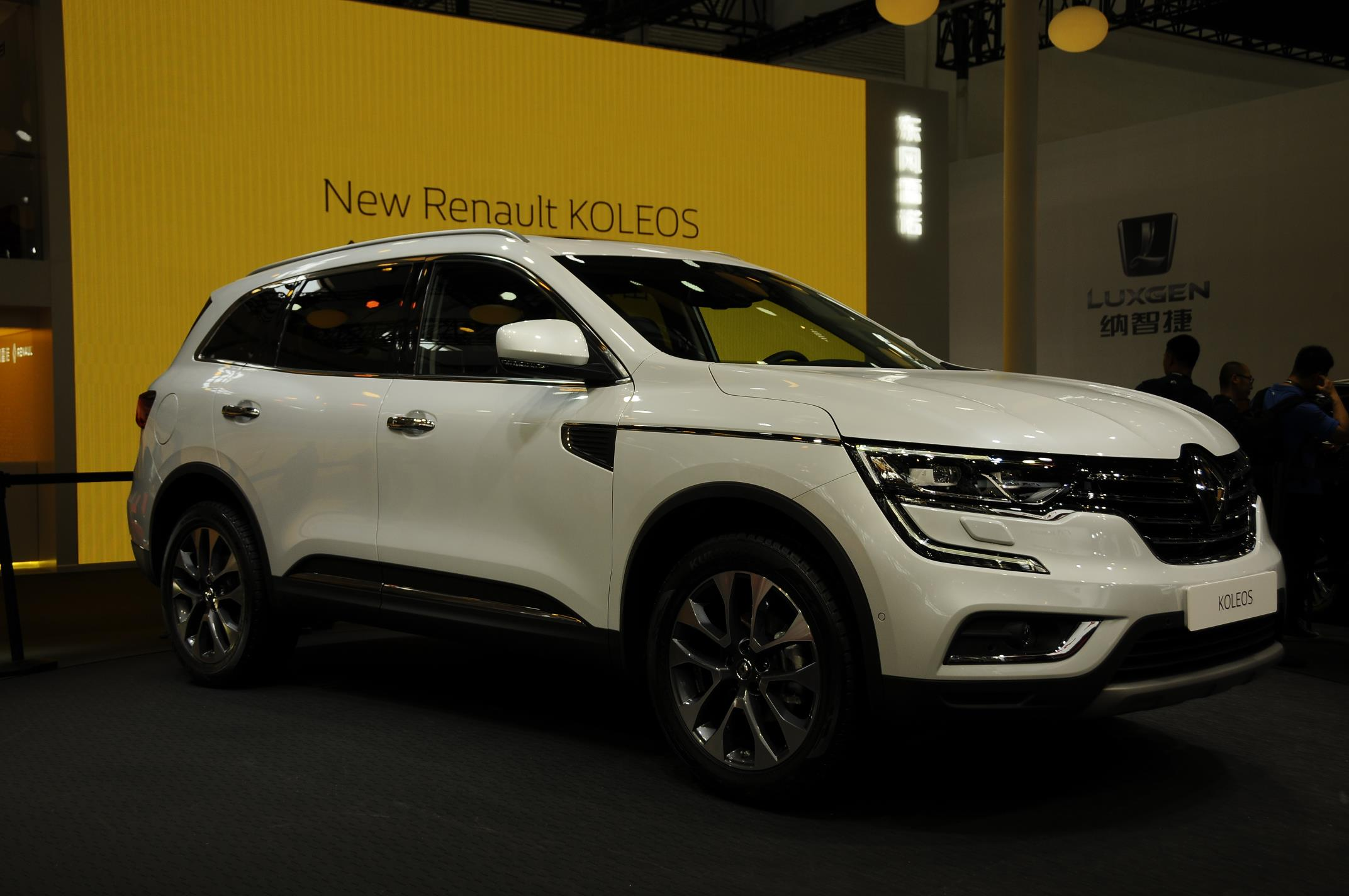 2017 renault koleos has a hint of volvo xc90 in first. Black Bedroom Furniture Sets. Home Design Ideas