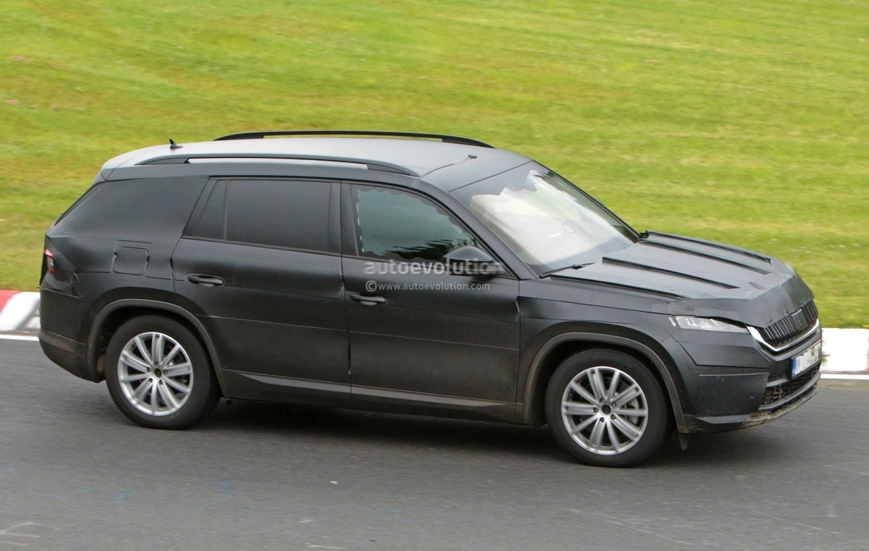 2017 skoda kodiaq spied looks out of place lapping the nurburgring autoevolution. Black Bedroom Furniture Sets. Home Design Ideas