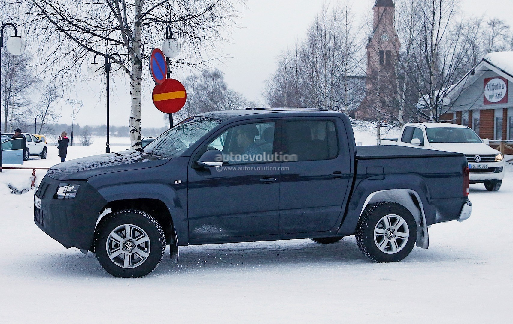 2017 volkswagen amarok facelift spied in sweden. Black Bedroom Furniture Sets. Home Design Ideas