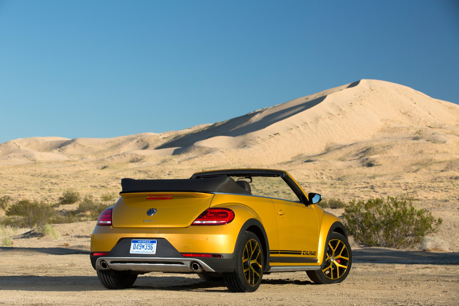 2017 Volkswagen Beetle Dune Revealed at LA Auto Show, Available as a Cabriolet - autoevolution