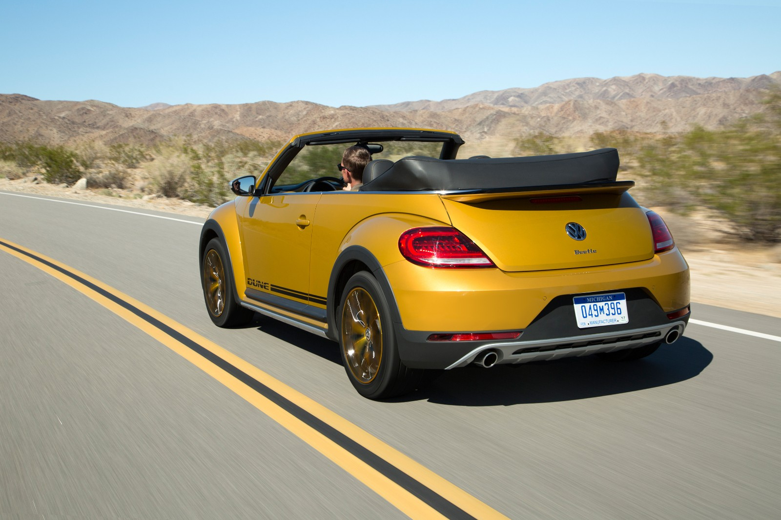 2017 volkswagen beetle dune revealed at la auto show for Interieur new beetle
