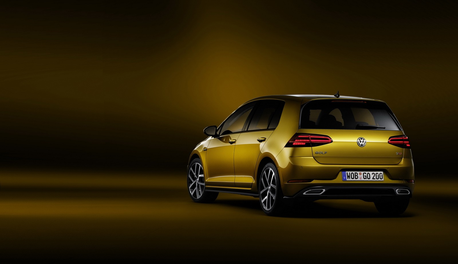 2017 vw golf facelift debuts with 1 5 tsi led headlights and golden paint autoevolution. Black Bedroom Furniture Sets. Home Design Ideas