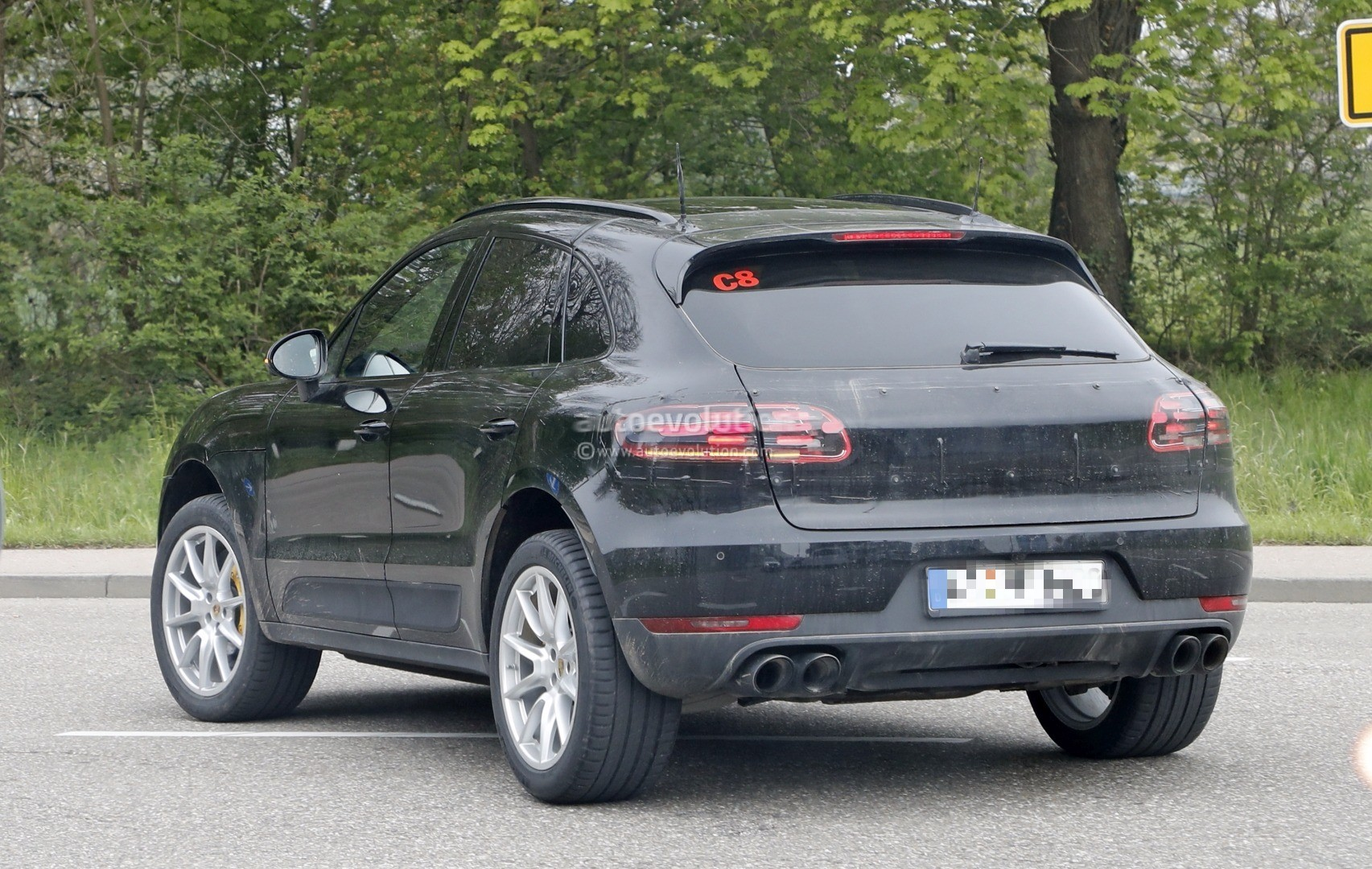 2018 2019 porsche macan facelift spied prototype suggests full width taillights autoevolution. Black Bedroom Furniture Sets. Home Design Ideas
