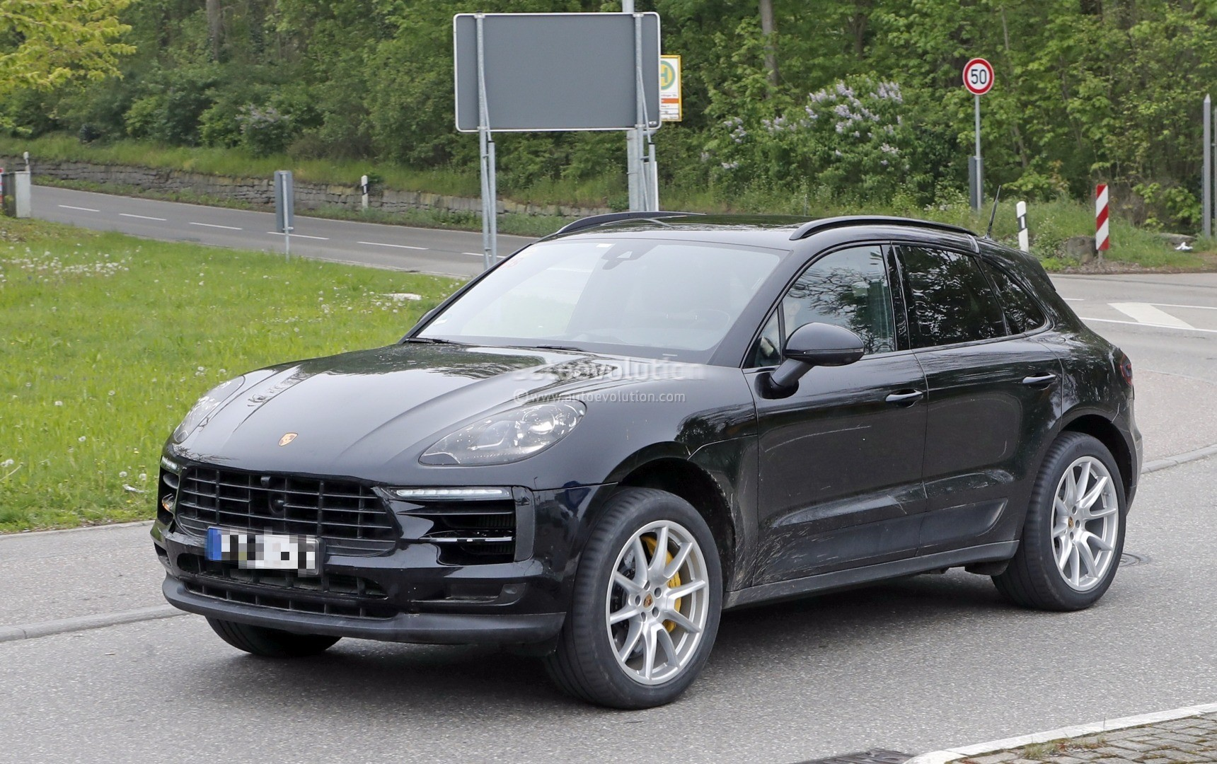 2018 porsche macan facelift. Perfect 2018 20182019 Porsche Macan Facelift Spied For 2018 Porsche Macan Facelift 1
