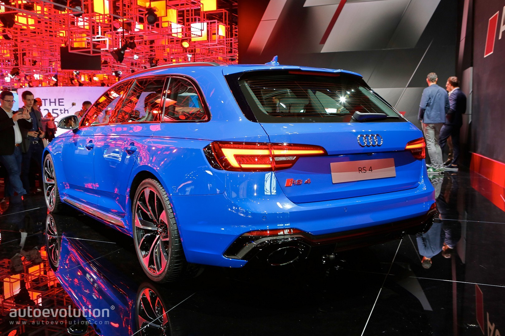 audi rs4 avant b5 with rs4 shaped trailer finally filmed looks extremely odd autoevolution. Black Bedroom Furniture Sets. Home Design Ideas