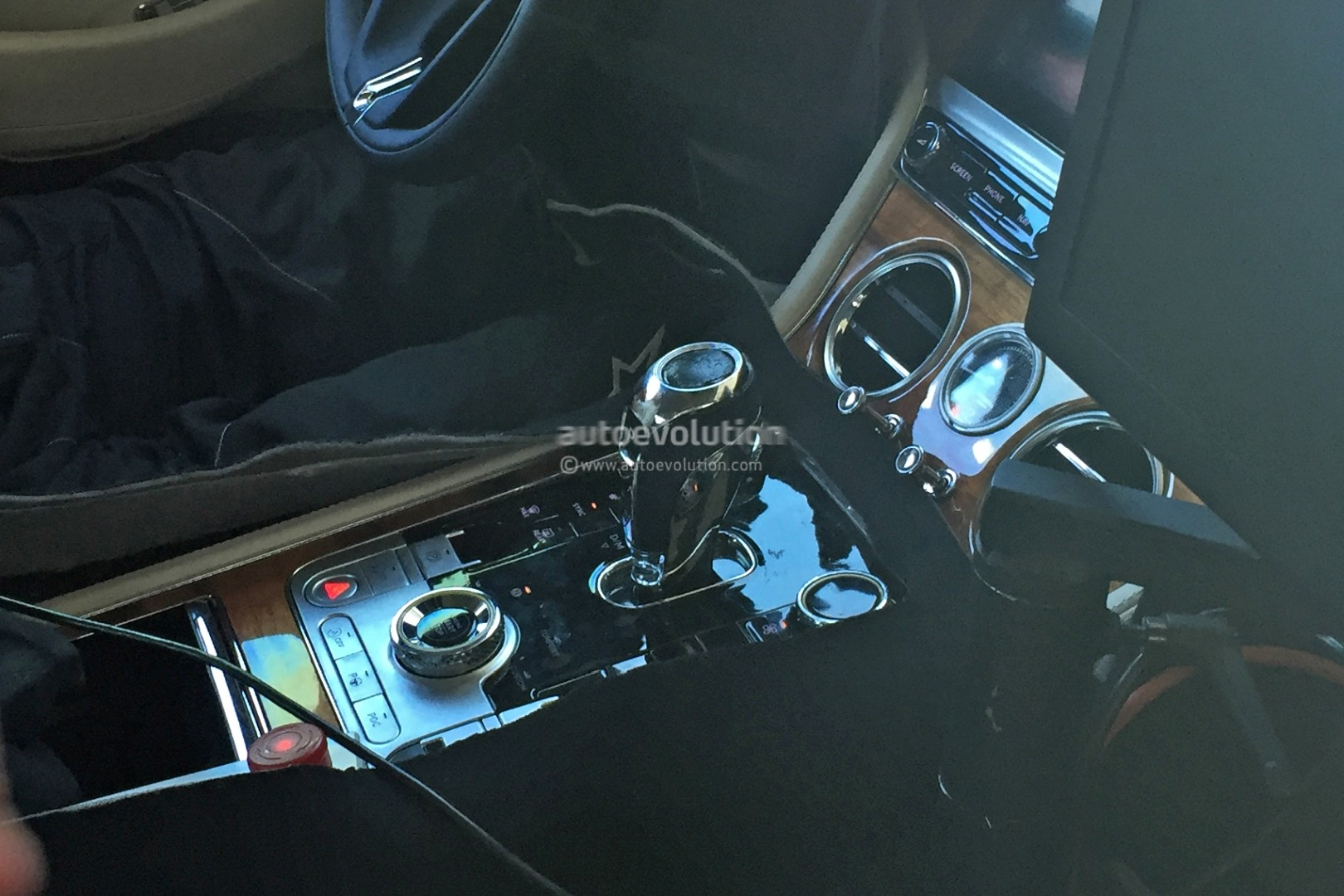 2017 - [Bentley] Continental GT - Page 2 2018-bentley-continental-gt-shows-new-features-in-first-interior-spyshots_2